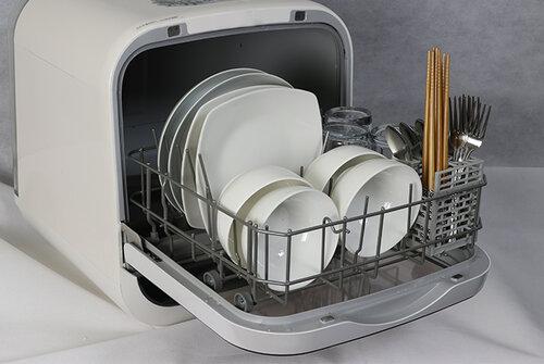 Compact Japanese dishwasher