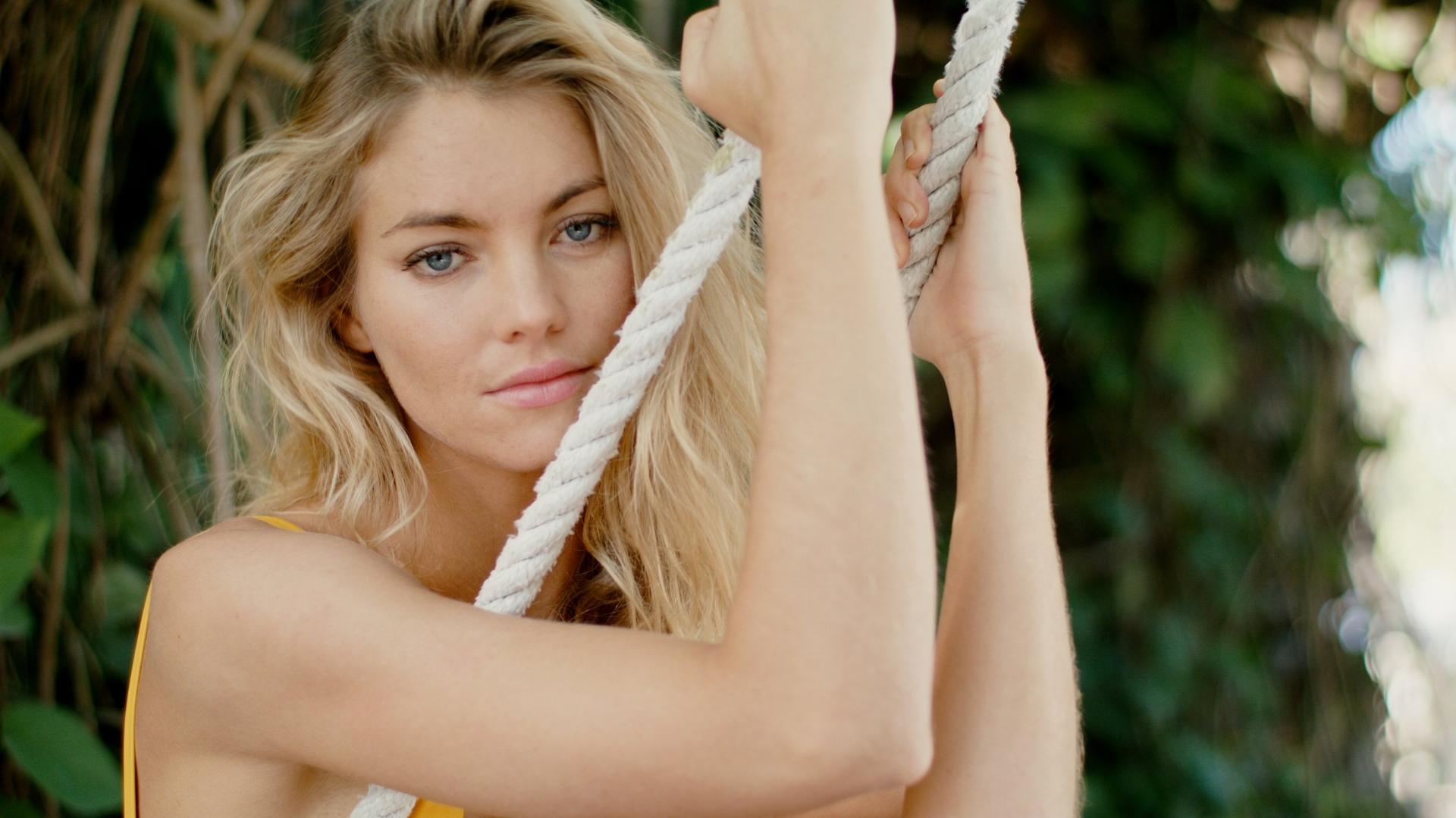Elyse-Taylor-swing-speedo