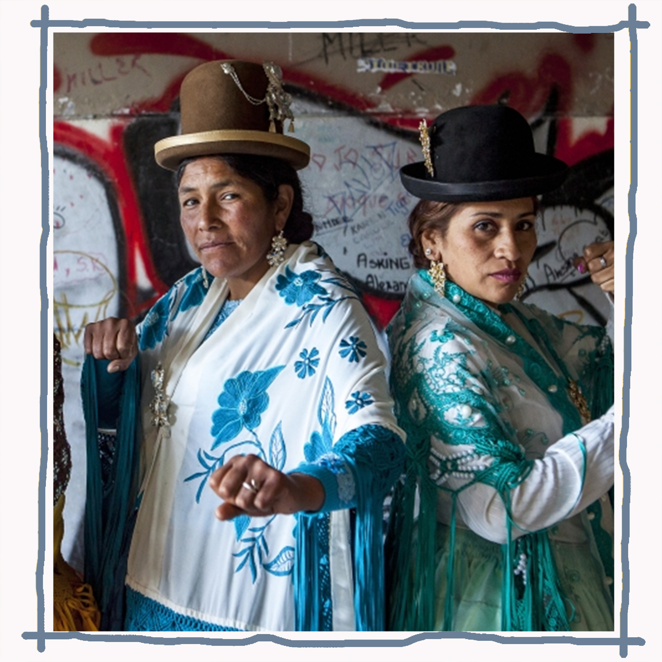 Indigenous Armaya women of Bolivia or 'Cholitas' in traditional dress, ready to enter the ring  Image:  21 la revista cristiana de hoy