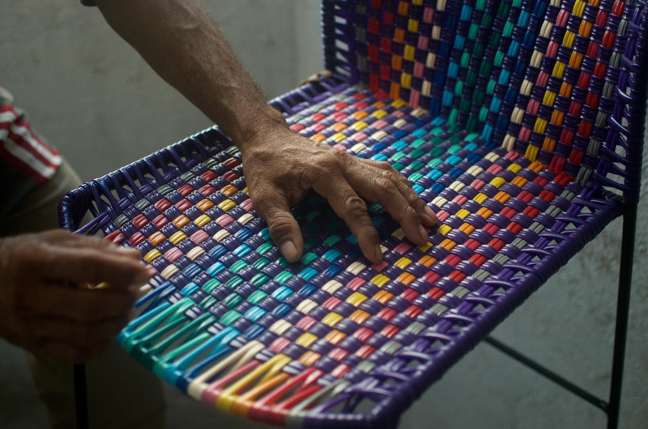 Un grupo de aproximadamente 15 artesanos fueron entrenados con Zúñiga y actualmente trabajan con el en su estudio.