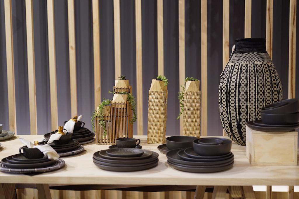 En la mesa, productos de Artesanías de Colombia.