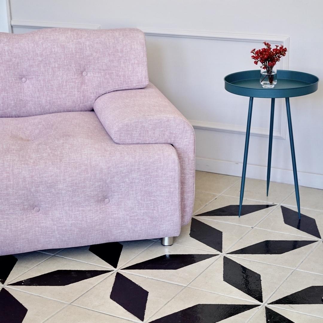En el garden room.... - Nos encanta el contraste del sillón rosado con la baldosa blanco y negro.