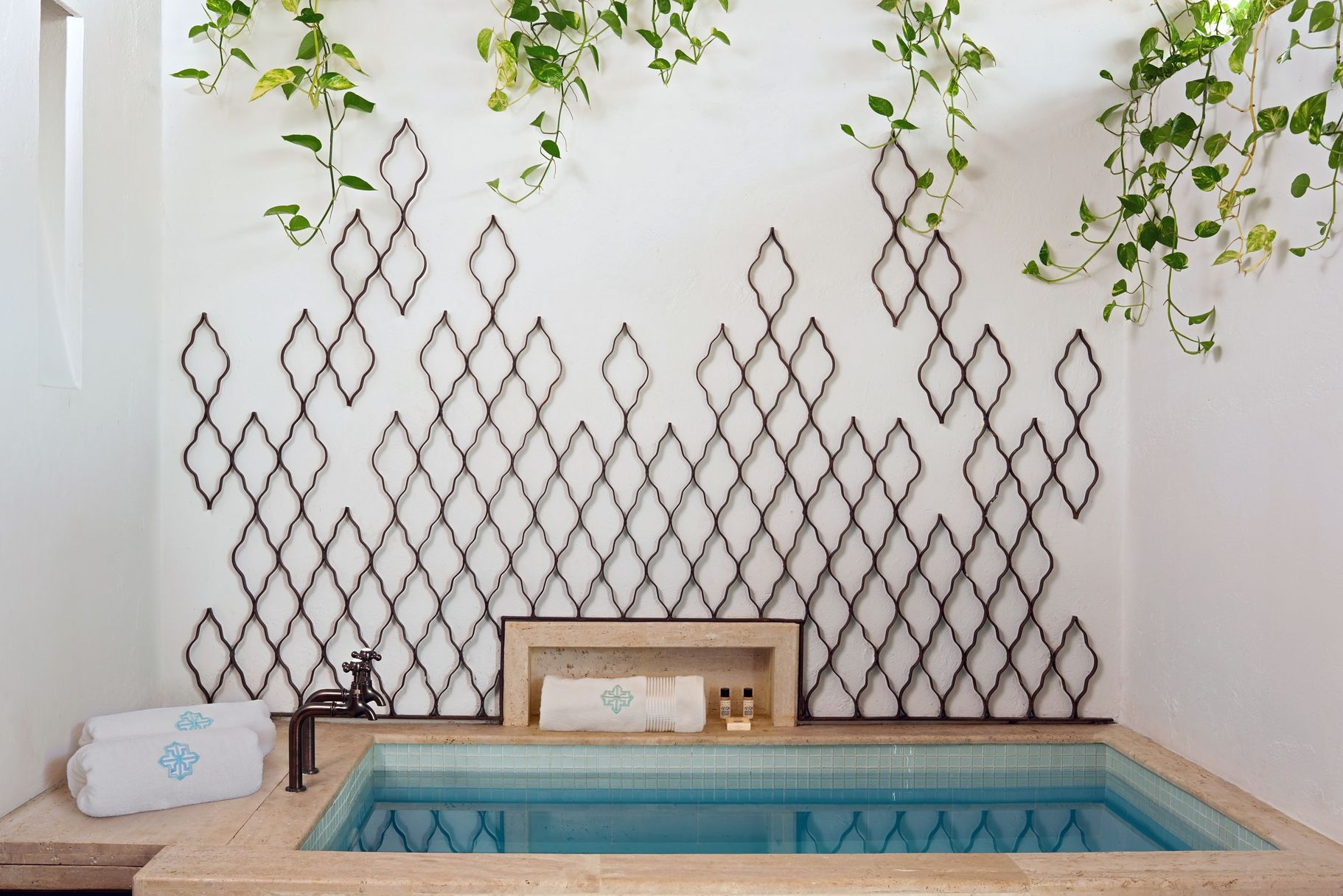 A view of the jacuzzi, with a design starring the Moroccan trellis.Photo by  Tawfick Espriella .