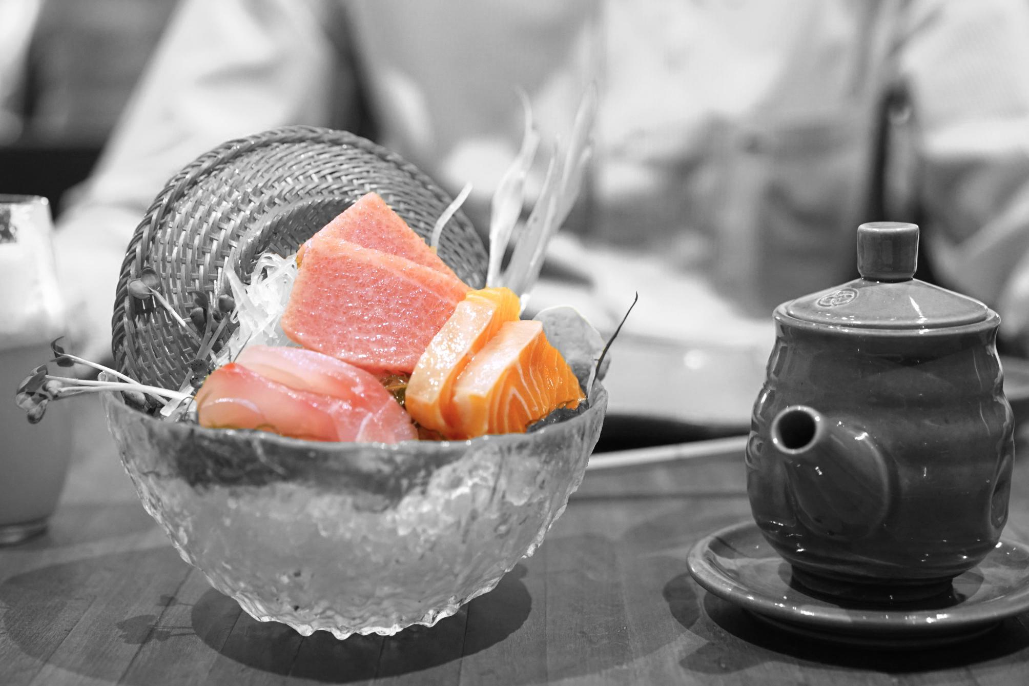 Nuestro primer plato presentó una variedad de sashimi, incluyendo toro, salmón y pescado de roca servidos con una raíz peruana llamada maca.