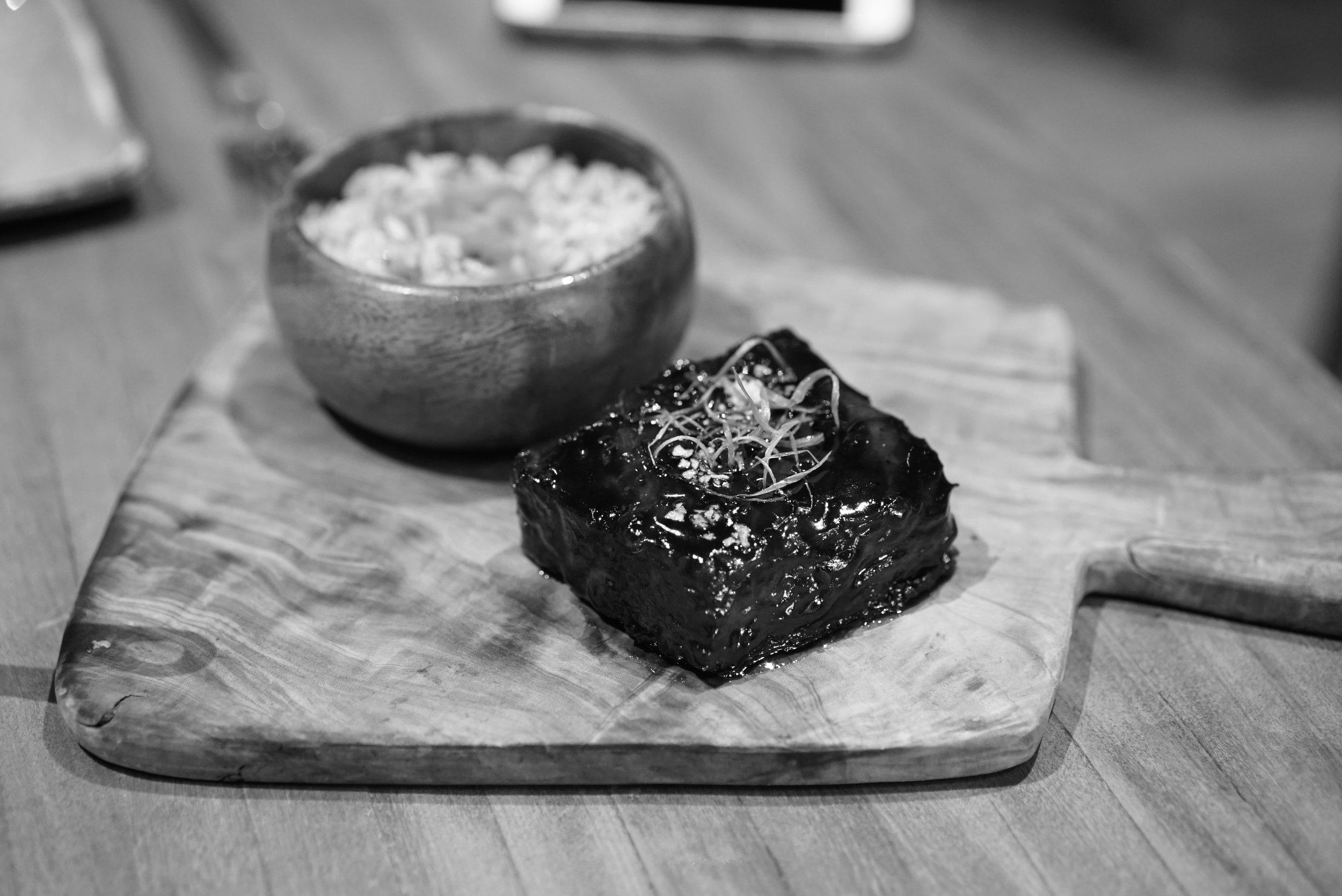 Costillita asada en salsa de nitsuke acompañada por arroz frito y jengibre encurtido
