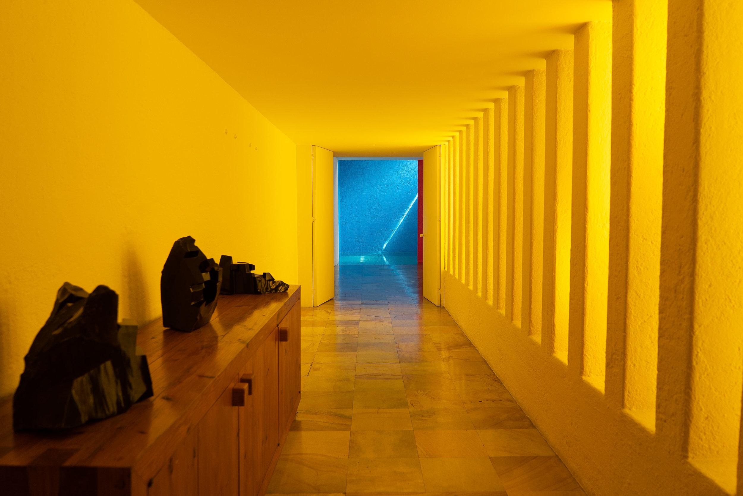 Este corredor amarillo dentro de la última residencia completada de Barragán, la Casa Gilardi, conlleva a la famosa piscina privada.