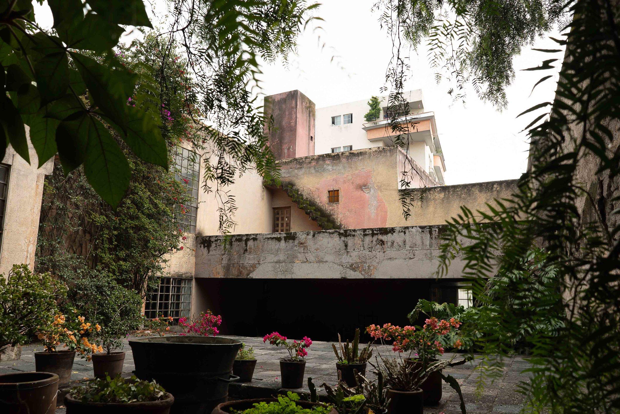 Esta escalera de concreto en la Casa Ortega luego fue duplicada y mejorada en la casa estudio de Barragán. Su uso temprano de muros de colores y formas geométricas también se hace evidente aquí.