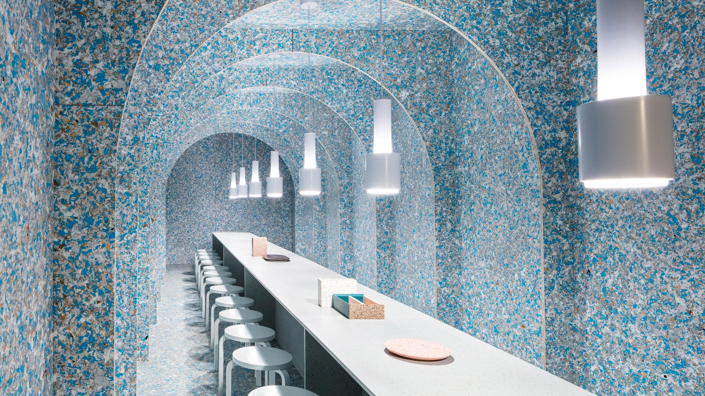 Ejemplo de diseño consciente: el Zero Waste Bistro que debutó el año pasado en WantedDesign Manhattan durante New York Design Week representa un modelo de restaurante pop-up construido de empaques reciclados y que elabora abonos con basura orgánica. Foto de  Nicholas Calcott.