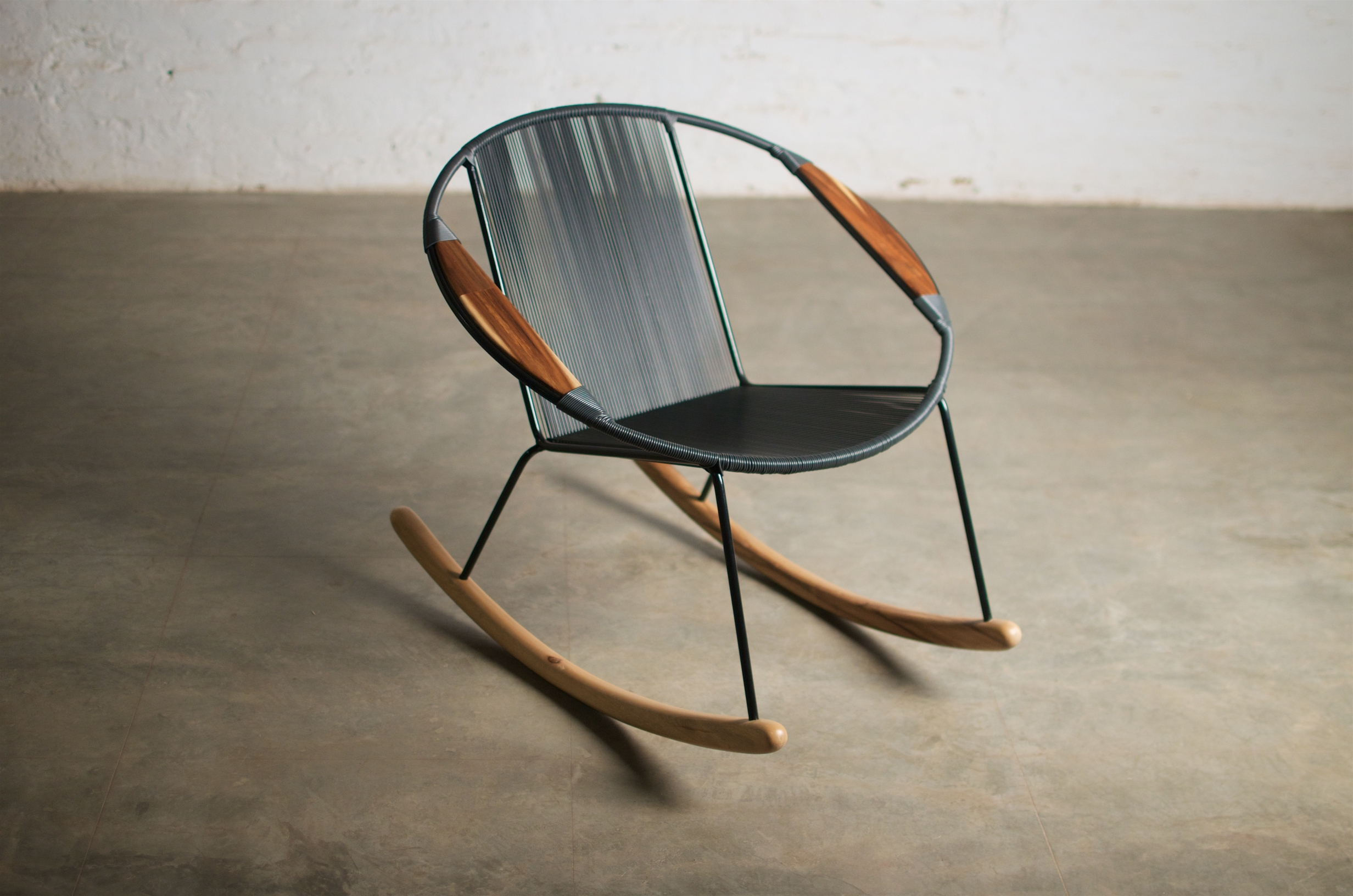 Otro ejemplo del diseño consciente, el Zero Waste  Tucurinca  es una silla completamente tejida con cuerdas sintéticas recicladas.