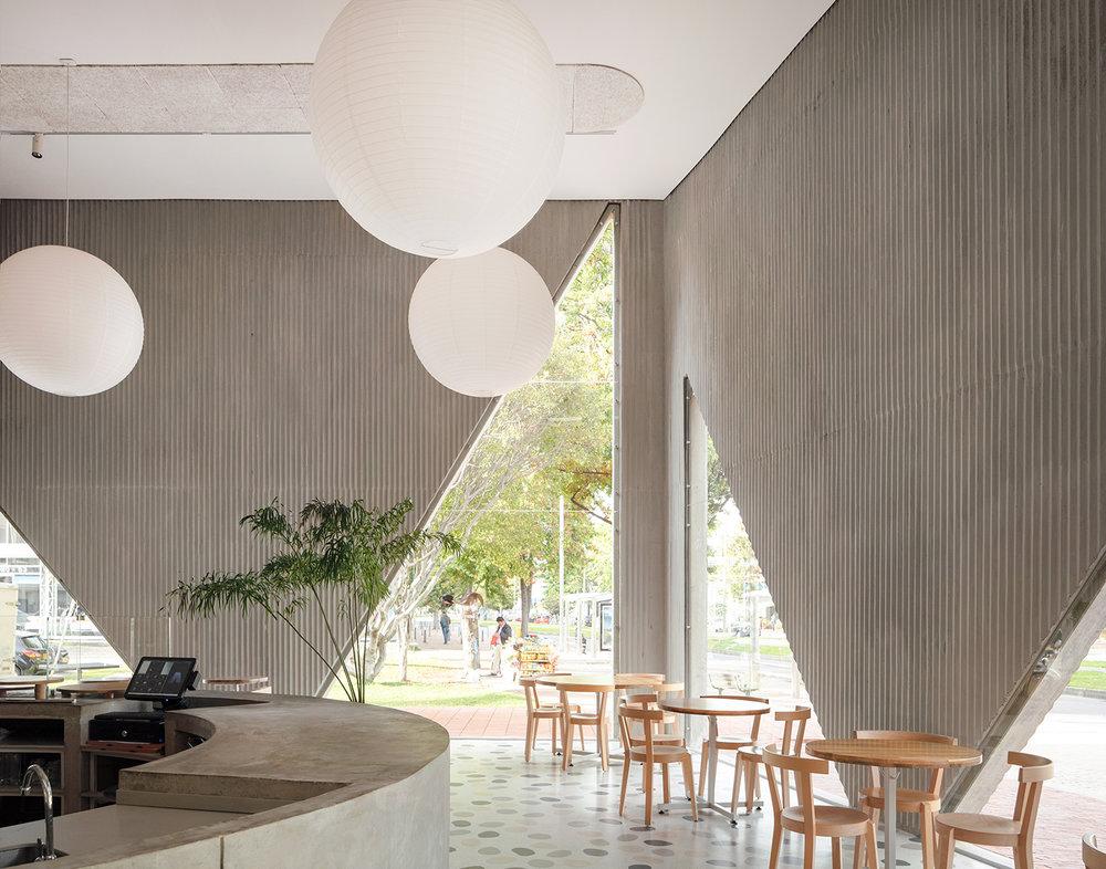 """Arquitectura que abarca el mercado consumista cambiante:  el restaurante Masa  en Bogotá, Colombia, de Studio Cadena, ilustra perfectamente el diseño arquitectónico centrado en el usuario. Este restaurante de más de 2000 metros cuadrados le ofrece a los residentes capitalinos un """"tercer lugar""""— fuera del hogar o la oficina— con una variedad de ambientes y momentos para sus clientes."""