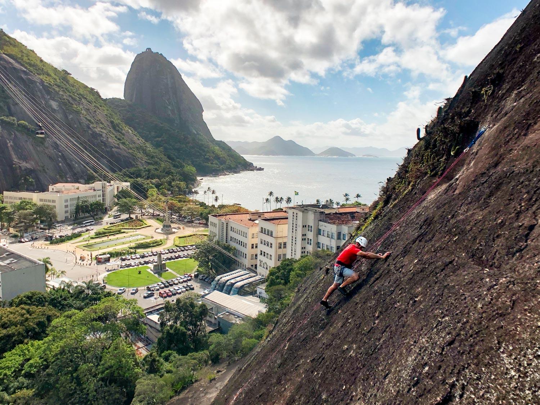 Aula de escalada no Morro da Babilônia, via Roda Viva, Rio de Janeiro