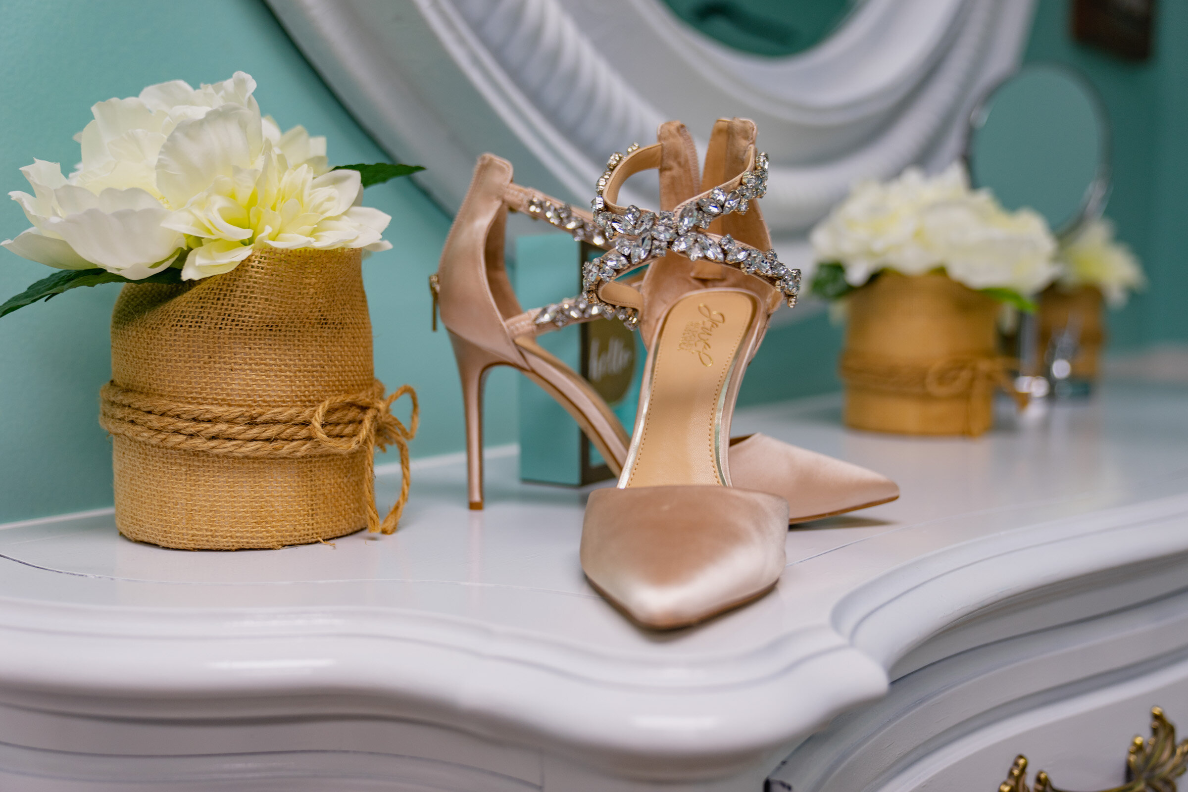 These shoes & wedding flowers are so perfectly minimalist and beautiful