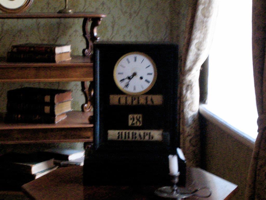 Doestoyevsky_house_black_clock.jpg
