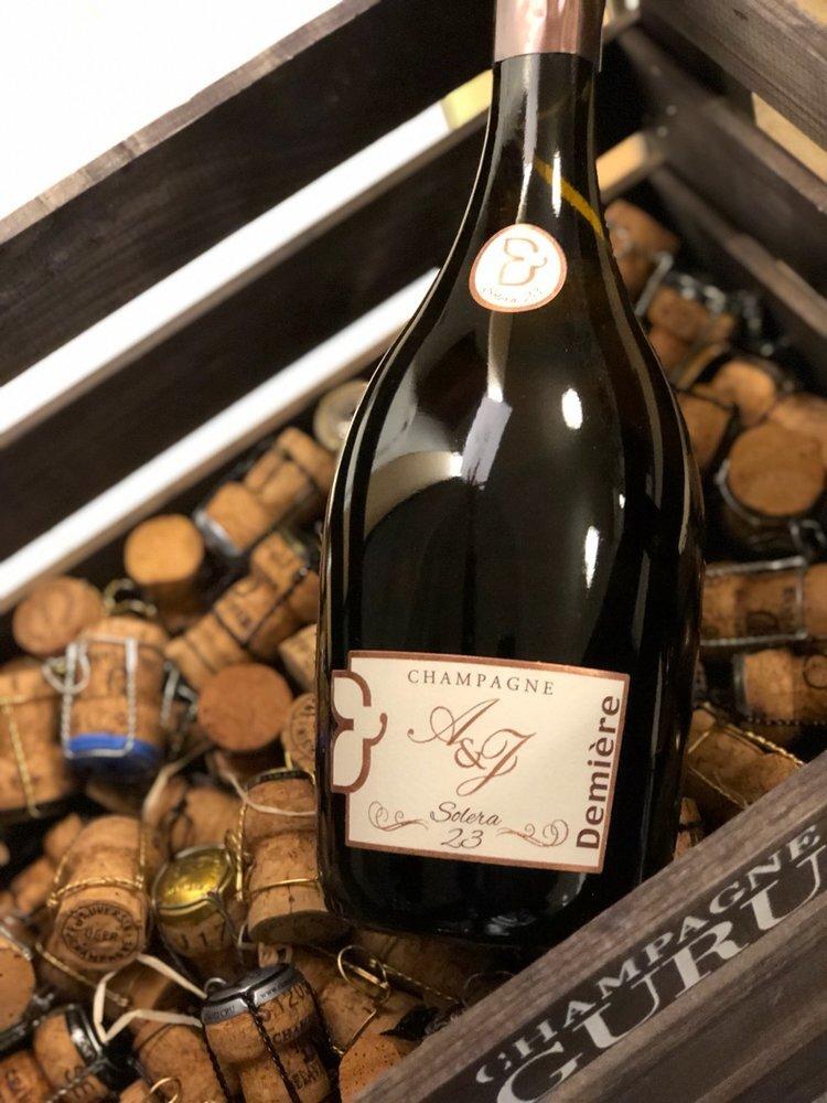 SOLÉRA 23 CUVÉE BRUT - Drue: 100% Pinot MeunierTerroir: Fleury la Riviére & Damery (alder på vinstokke 35 år)Blanding: Soléra startet med årgang 1972Vinificering: ståltanke, ingen malolaktisk gæringLagring: min. 4 års lagring på flaske (bærmen)Dossage: 9 g/LFlaske: leveres i 0,75L