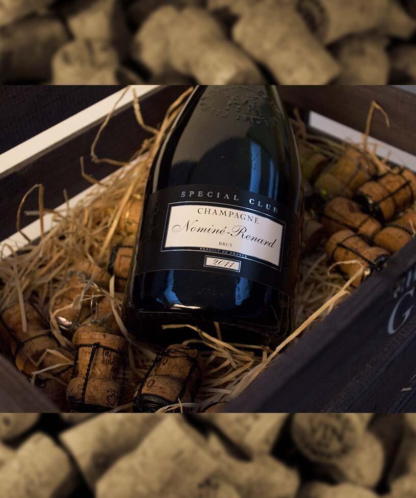 SPECIAL CLUB VINTAGE 2011 - Drue: 90% Chardonnay - 10% Pinot NoirTerroir: Villevenard - EtogesBlanding: årgang 2011Vinificering: ståltanke - malolaktisk gæringLaring: minimum 5 års lagring på flaske (på bærmen)Dossage: 8 g/LFlaske: leveres i 0,75L