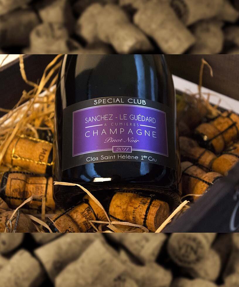 SPECIAL CLUB VINTAGE 2011 - Blanc de NoirsDrue: 100% Pinot NoirTerroir: Cumiéres, Premier cruBlanding: årgang 2011Vinificering: ståltanke - malolaktisk gæringLaring: minimum 5 års lagring på flaske (på bærmen)Dossage: 5 g/LFlaske: leveres i 0,75L