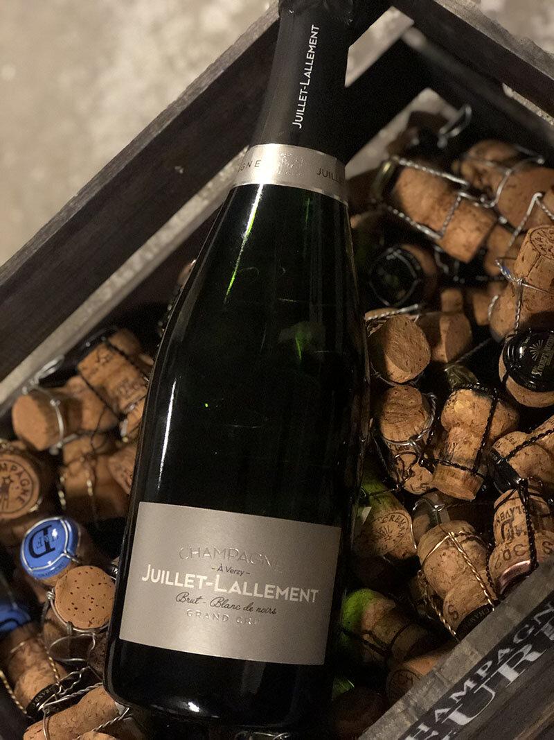 Blanc de Noir brut Grand cru - Drue: 100% Pinot NoirTerroir: Verzy & Sillery Grand cru (alder på vinstokke 30 år)Blanding: 50% årgang 2015 - 50% Reservé vinVinificering: 80% ståltanke & 20% på egetræsfadLagring: min. 3 års lagring på flaske (bærmen)Dossage: 6 g/LFlaske: leveres i 0,75L