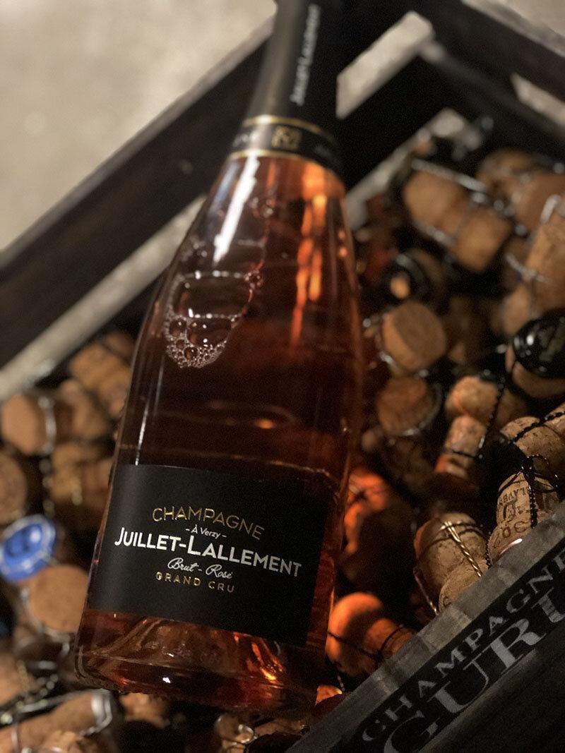 Rosé brut Grand cru - Drue: 80% Pinot Noir - 20% ChardonnayTerroir: Verzy & Sillery Grand cru (alder på vinstokke 30 år)Blanding: 50% årgang 2015 - 50% Reservé vinVinificering: 100% på egetræsfadLagring: min. 3 års lagring på flaske (bærmen)Dossage: 8 g/LFlaske: leveres i 0,75L