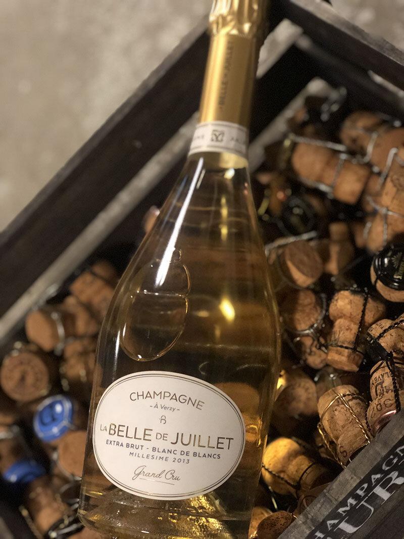 la BELLE de JUILLET blanc de blanc Grand cru Millésimé 2013 - Drue: 100% ChardonnayBlanding: Årgang 2013Vinificering: 6 mån. på 300 liters egetræsfade fra skov i VerzyLagring: min. 4 års lagring på flaske (bærmen)Dossage: 3 g/L extra brutFlaske: leveres i 0,75L