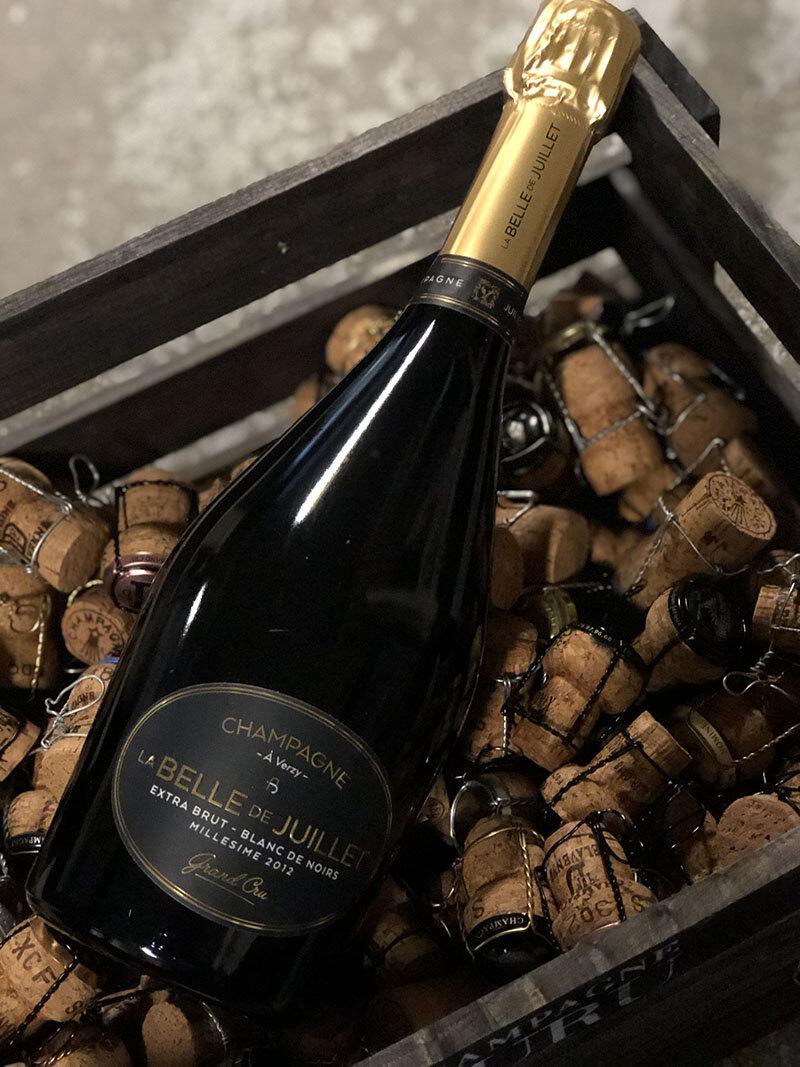 la BELLE de JUILLET blanc de noir Grand cru Millésimé 2012 - Drue: 100% Pinot NoirTerroir: Verzy & Sillery Grand cruBlanding: Årgang 2012Vinificering: 6 mån. på 300 liters egetræsfade fra skov i VerzyLagring: min. 4 års lagring på flaske (bærmen)Dossage: 3 g/L extra brutFlaske: leveres i 0,75L