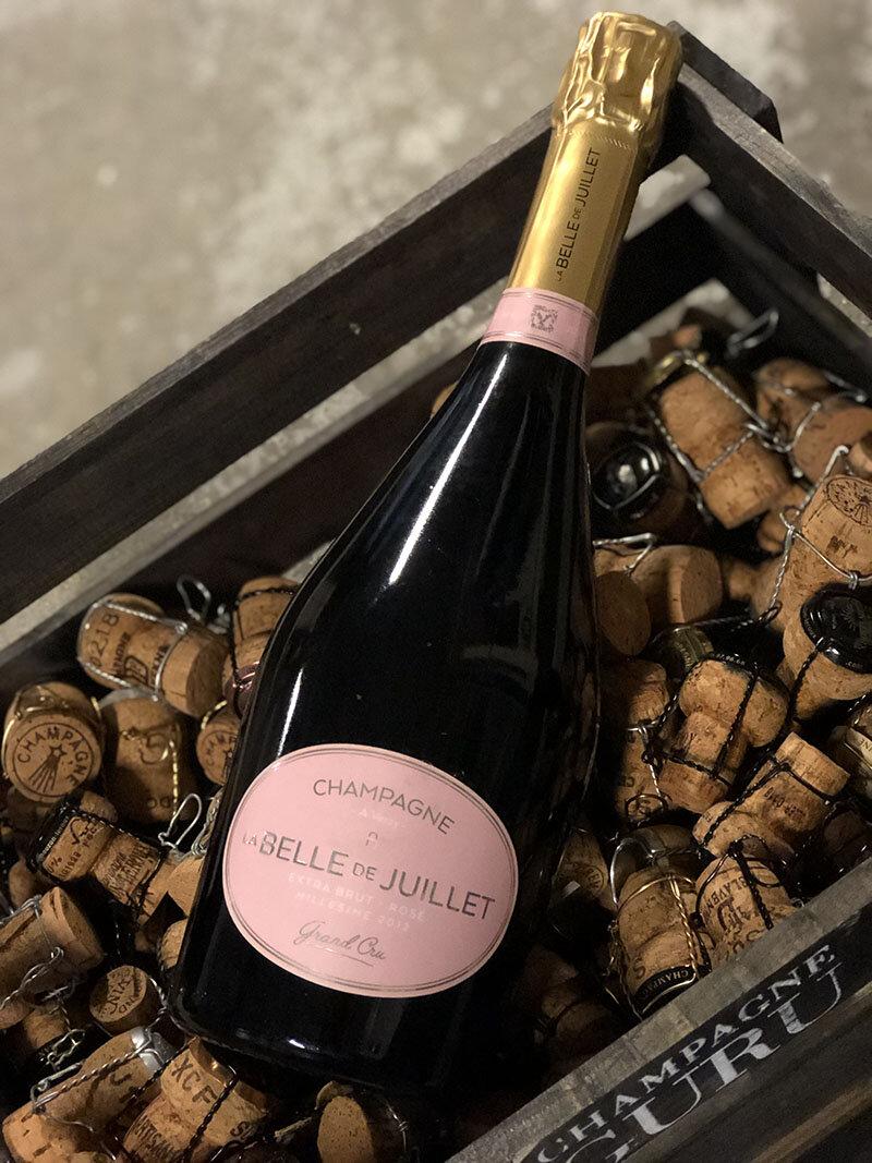 la BELLE de JUILLET rosé Grand cru Millésimé 2012 - Drue: 85% Chardonnay - 15% Pinot NoirTerroir: Verzy & Sillery Grand cruBlanding: Årgang 2012Vinificering: 6 mån. på 300 liters egetræsfade fra skov i VerzyLagring: min. 4 års lagring på flaske (bærmen)Dossage: 3 g/L extra brutFlaske: leveres i 0,75L