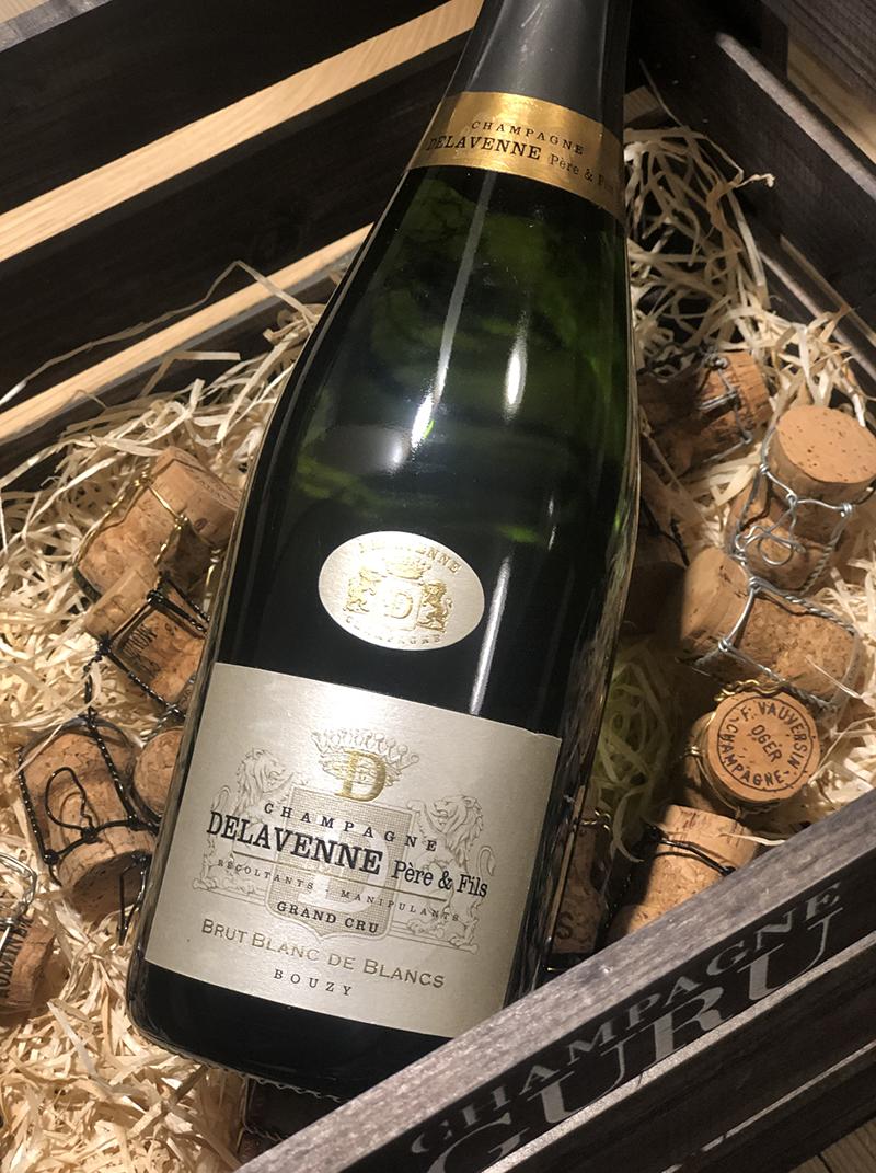 """Brut """"Blanc de blanc"""" Grand Cru - Drue: 100% ChardonnayTerroir: 100% Cramant Grand cruBlanding: årgang 2015Vinificering: ståltanke, ingen malolaktisk gæringLagring: min. 4 års lagring på flaske (bærmen)Dossage: 7 g/LFlaske: leveres i 0,75L"""
