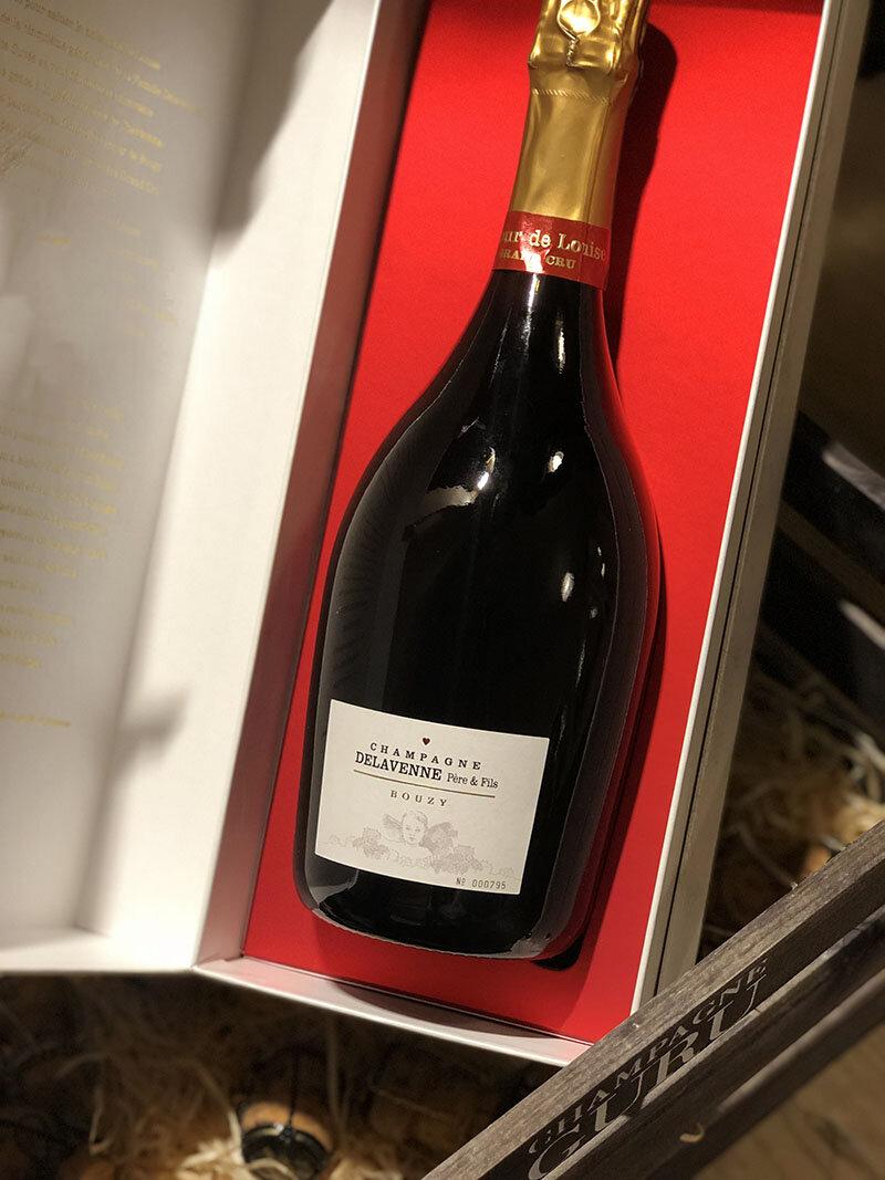"""Brut """"Amour de Louise"""" Grand CruSolera 2004-2011 - Drue: 70% Chardonnay - 30% Pinot NoirTerroir: Cramant & Bouzy Grand cruBlanding: 8 årgange 2004-2011Vinificering: ståltanke, ingen malolaktisk gæringLagring: 6 års lagring på flaske (bærmen)Dossage: 7 g/LFlaske: leveres i 0,75L"""