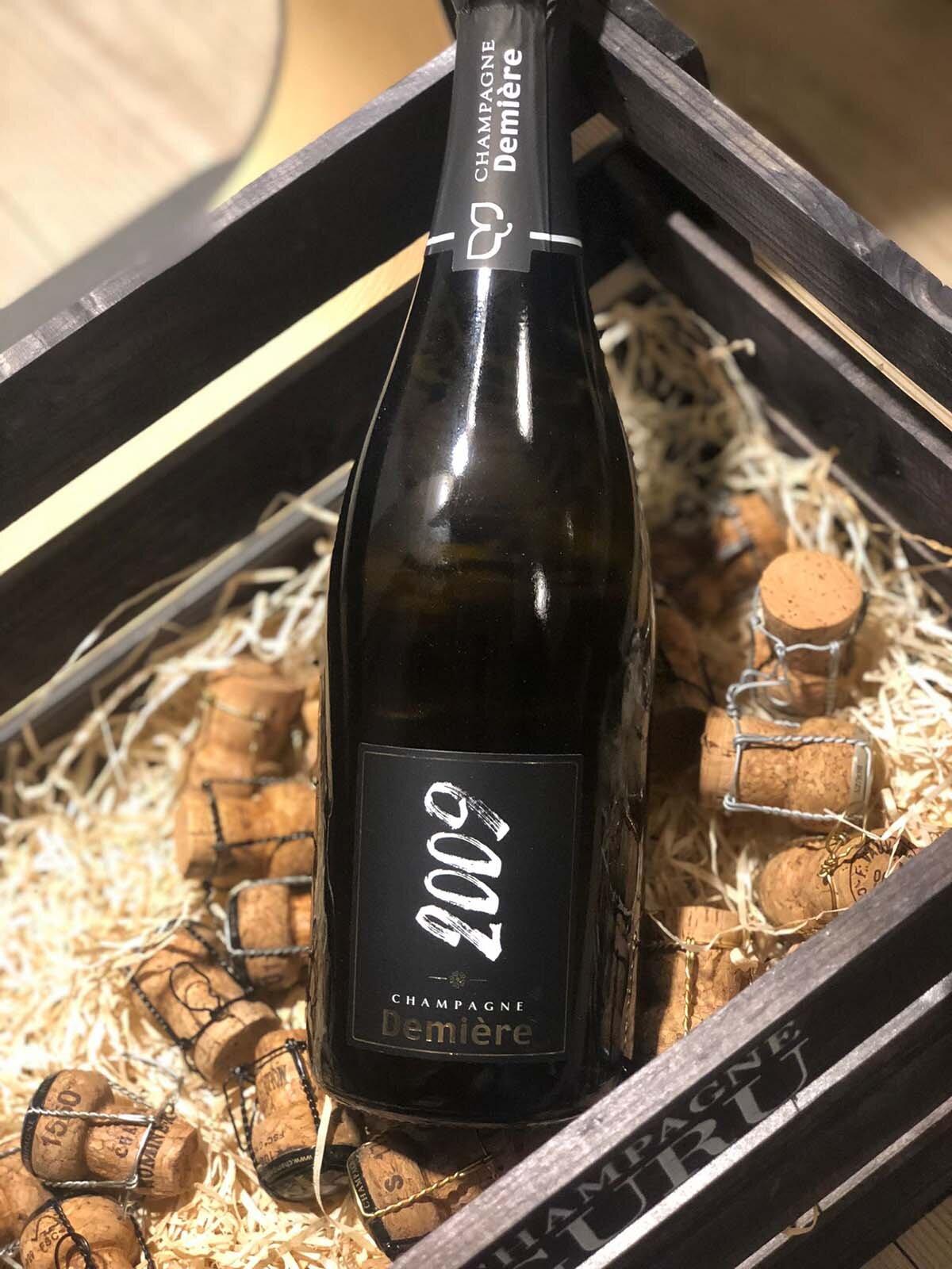 LYSANDER vintage 2009 Cuvée extra brut - Drue: 100% Pinot MeunierTerroir: Fleury la Riviére (alder på vinstokke 50 år)Blanding: 100% årgang 2009Vinificering: ståltanke, ingen malolaktisk gæringLagring: 7 års lagring på flaske (bærmen)Dossage: 5 g/LFlaske: leveres i 0,75L