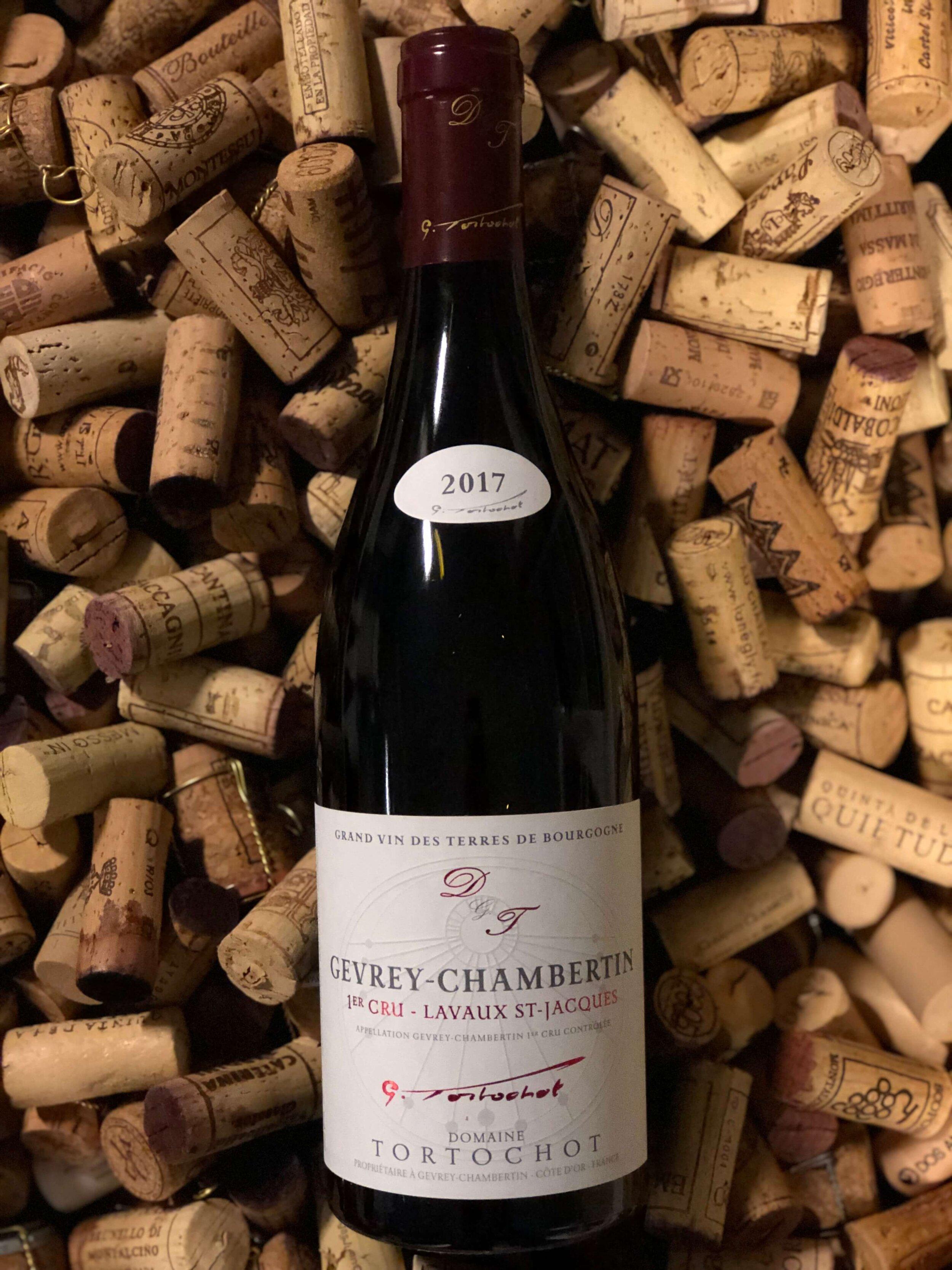 """Gevrey-Chambertin 1er cru """"Lavaux St. Jacques"""" 2017 - Drue: Pinot NoirKlassifikation: Apppellation 1er crusTerroir: Gevrey (enkelmark) ler og kalkstenVinstokke 45-55 år gamle stokkeLagring: min. 12 mån. lagring på egetræsfade (50% nye)Flaske: leveres i 0,75L"""
