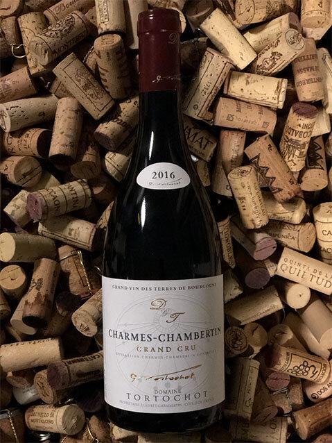 Charmes Chambertin Grand cru 1998, 2016, 2017 - Drue: Pinot NoirKlassifikation: Apppellation Grand crusTerroir: Gevrey-Chambertin (enkelmark) ler og kalkstenVinstokke 45-55 år gamle stokkeLagring: min. 15 mån. lagring på egetræsfade (80-100% nye)Flaske: leveres i 0,75L