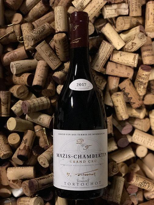 Mazin Chambertin Grand cru 2017 - Drue: Pinot NoirKlassifikation: Apppellation Grand crusTerroir: Gevrey-Charmbertin (enkelmark) ler og kalkstenVinstokke 45-55 år gamle stokkeLagring: min. 15 mån. lagring på egetræsfade (80-100% nye)Flaske: leveres i 0,75L