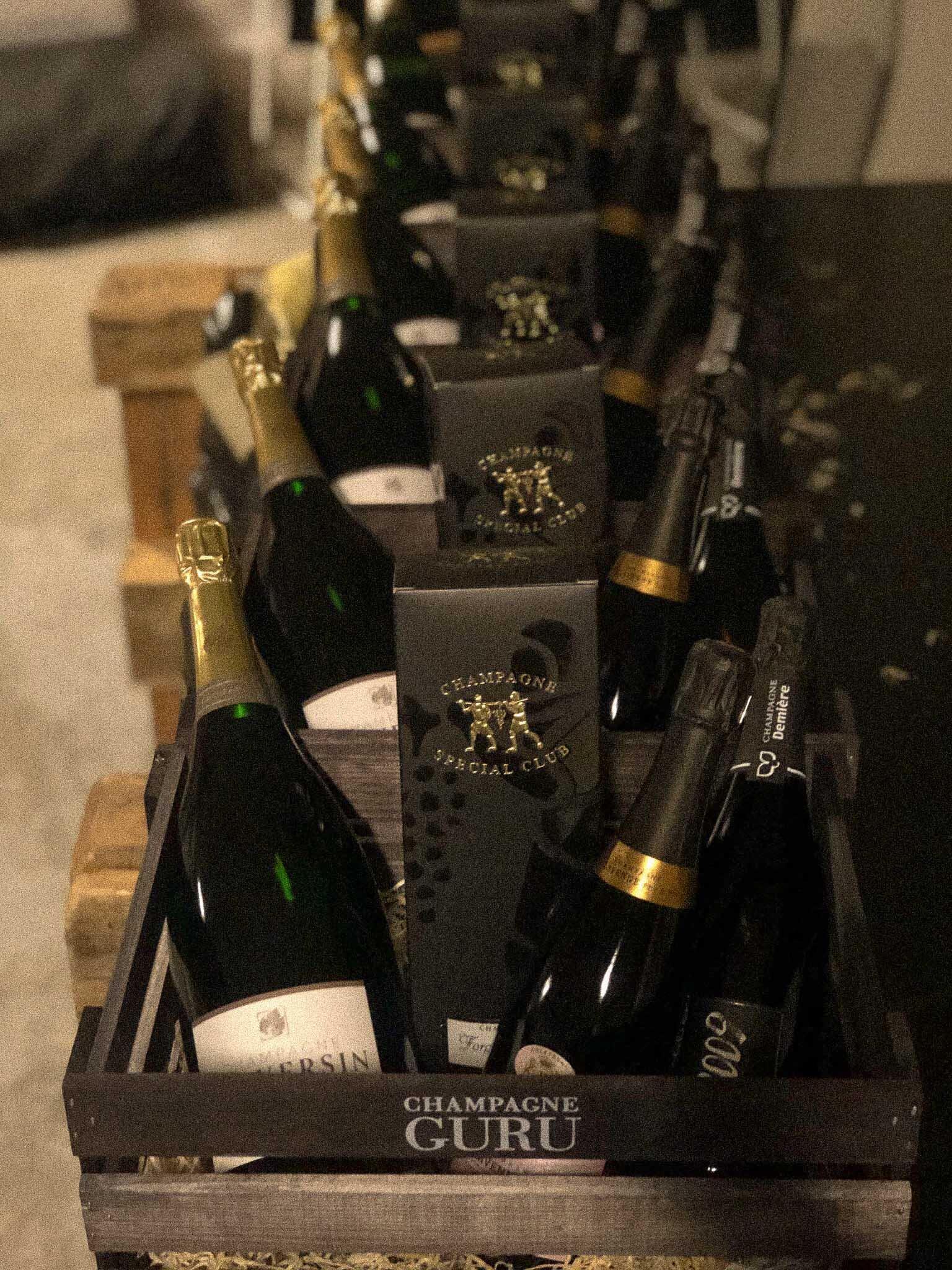 Luksus Firmagaver - En gavekurv vækker glæde hos alle, specielt hvis det er champagne! Søger du en original og udsøgt gave til én, du holder af, eller til dine medarbejdere, kan du trygt bestille vores luksus gavekurv. Kontakt os og vi kan lave en eksklusiv gavekurv til alle tænkelige lejligheder. Champagne Guru har franske gavekurve med kvalitetsprodukter af egen import og med stor originalitet, da vi selv importerer vine og delikatesser fra Frankrig. Vi garanterer et kvalitetsprodukt udover det sædvanlige.