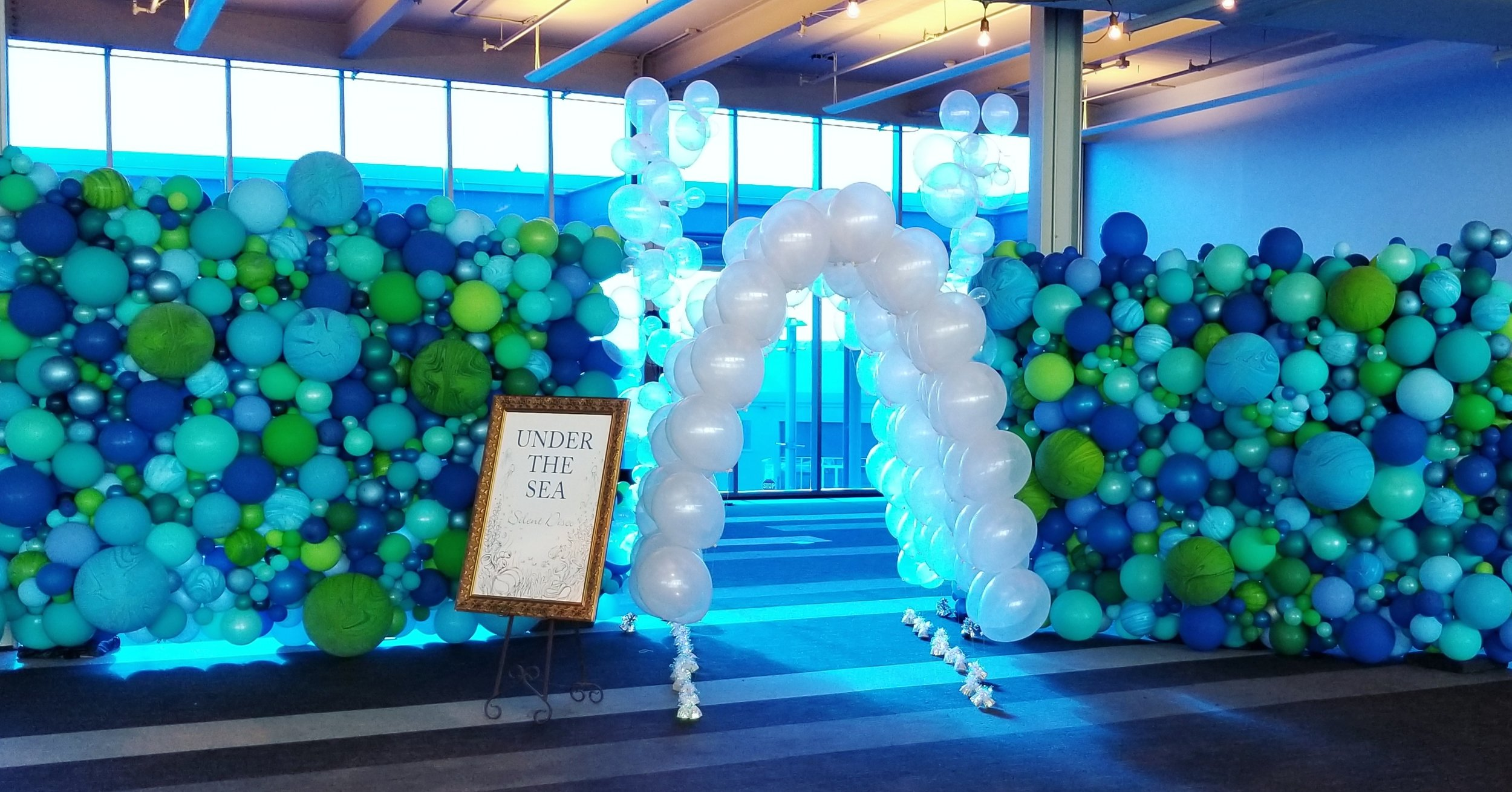 Balloon Tunnel with Organic Balloon Walls. Balloon Installation Art - Zim Balloons.jpg