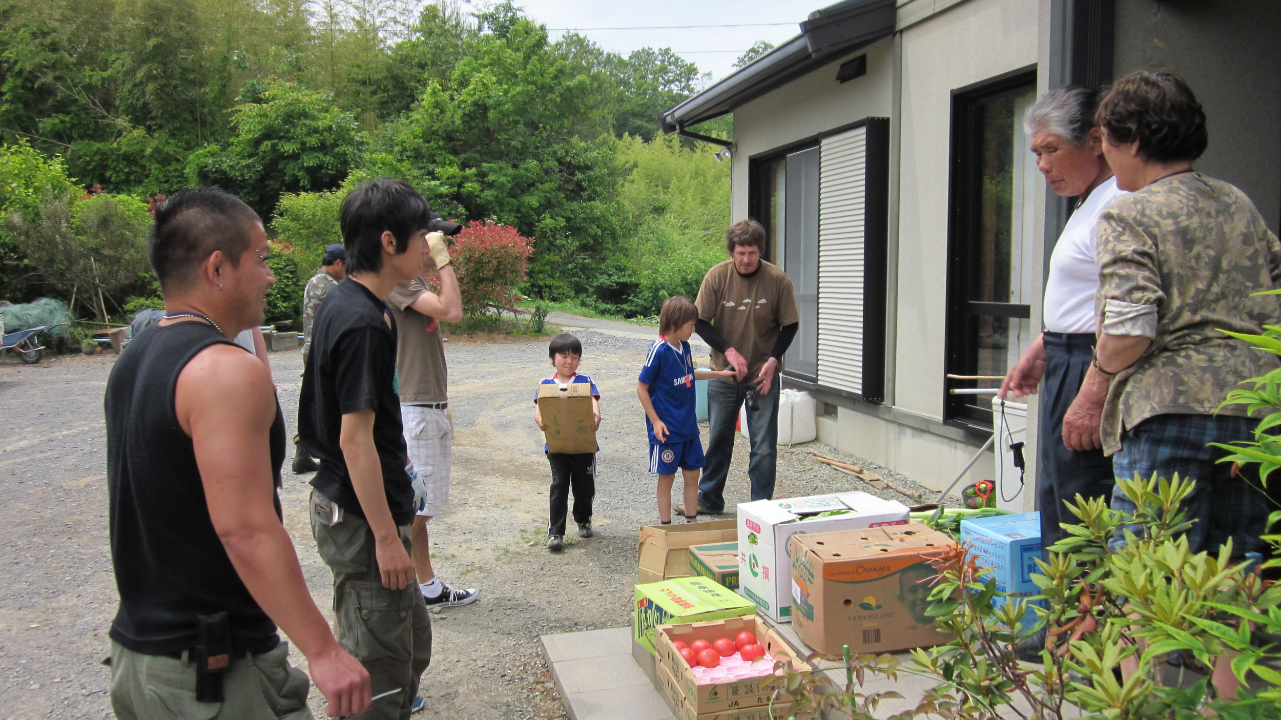 With Kei, Takuya Mitsui, Dru Taylor, and others delivering goods to MInamisanriku residents