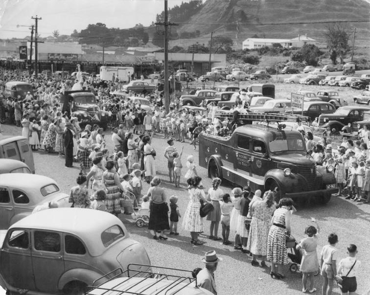 Christmas Parade on Queens Road. Image credit: Chris Turnbull, Panmure Historical Society. Date unknown.
