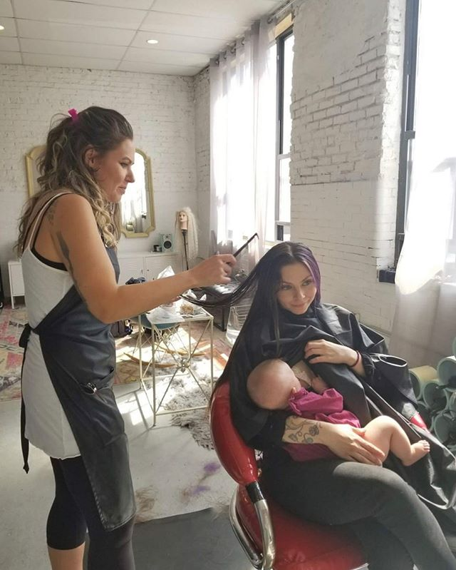 Love this photo of @dallasmaynard getting her hair done while breastfeeding her baby girl for 2 reasons: 1-Because she is totally rocking motherhood and still being badass! 2- Because this shows women supporting other women! 👏 More. Of. This. Please. 👏