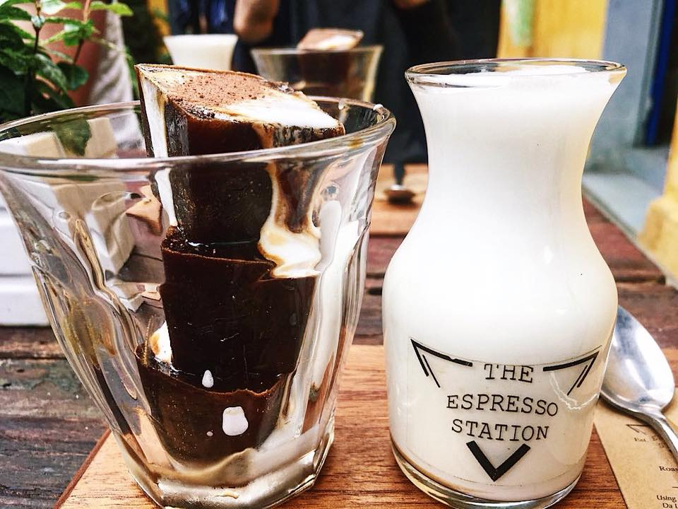 coffee ice cubes - Ice cubes made of frozen coffee topped with cacao powder, served with hot creamy milk separately.