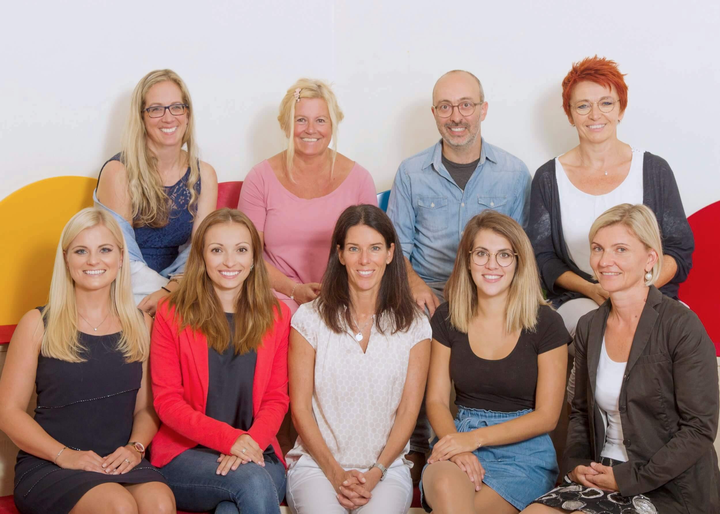 Vordere Reihe    (v.l.n.r.):  Lisa Glück (Klassenlehrerin der 4a), Elma Klokic (Klassenlehrerin der 1b), Birgit Flitsch-Fröhlich (Leiterin der VS), Sara Delvecchio (Klassenlehrerin der M Klasse) & Ingrid Grössl (Klassenlehrerin der 1a);   Hintere Reihe    (v.l.n.r.):  Sabine Polenat (Klassenlehrerin der 4b), Andrea Steinklauber (Stützlehrerin der 3a), Richard Pressnitz (Klassenlehrer der 3a) & Sabine Rauch (Klassenlehrerin der 2a);