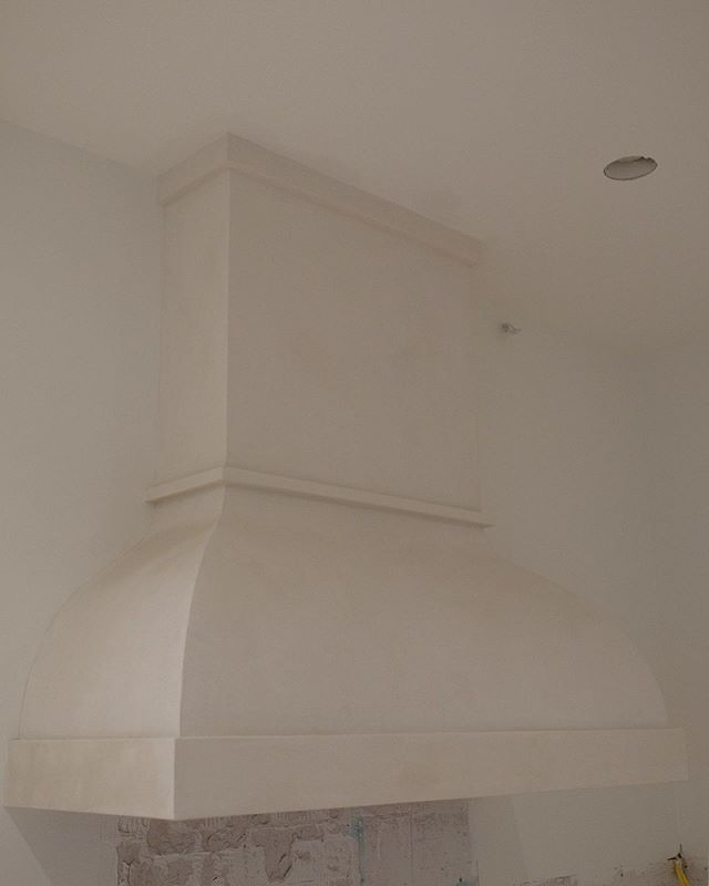 Finished this vent hood in Dallas in a day. Quick project for a great couple doing a full remodel on the house. So happy to have been a part of their vision. . Finish: Loma Color: Sugarloaf White . #americanclay #americanclayplaster #universitypark #interiordesign #homeremodeling