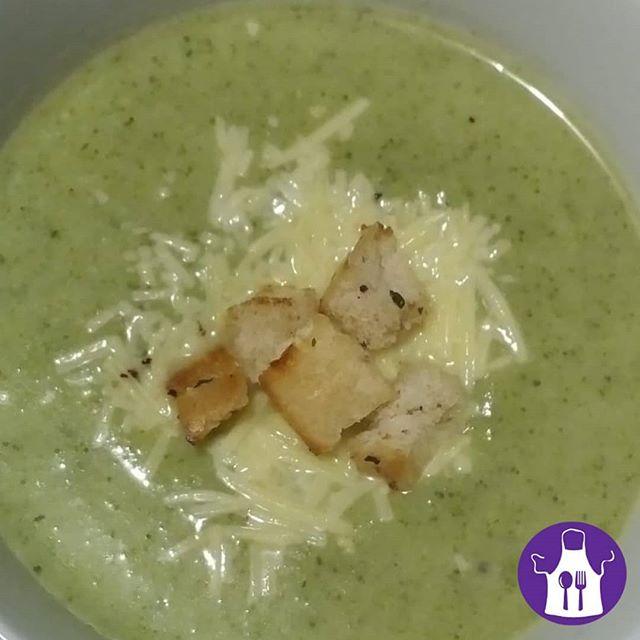 ¡El frío da para #sopita! 🍵🥄 . 💡¡Mirá esta receta de #sopa de #brócoli! . 📣Para 4 personas, necesitás: - 1 planta debroccoli - 2 papas grandes - 1 cebolla - 1 litro de caldo de verduras - Sal y pimienta .  Lavá y pelá las papas y la cebolla. Colocalas junto al brócoli en una cacerola. Agregá el caldo y cociná hasta que esté todo tierno. Licuá todo y condimentá con sal y pimienta. Si queda muy espeso, podés agregar un poco más de caldo 🙌 . . . ¿Cuál es tu sopa favorita? . . . . #Receta#Verduras  #Invierno #Frío #Rico#Saludable#Healthy #alimentaciónvariada #alimentaciónsaludable #nutrientes  #nutris #recetario #FundaciónEducacional