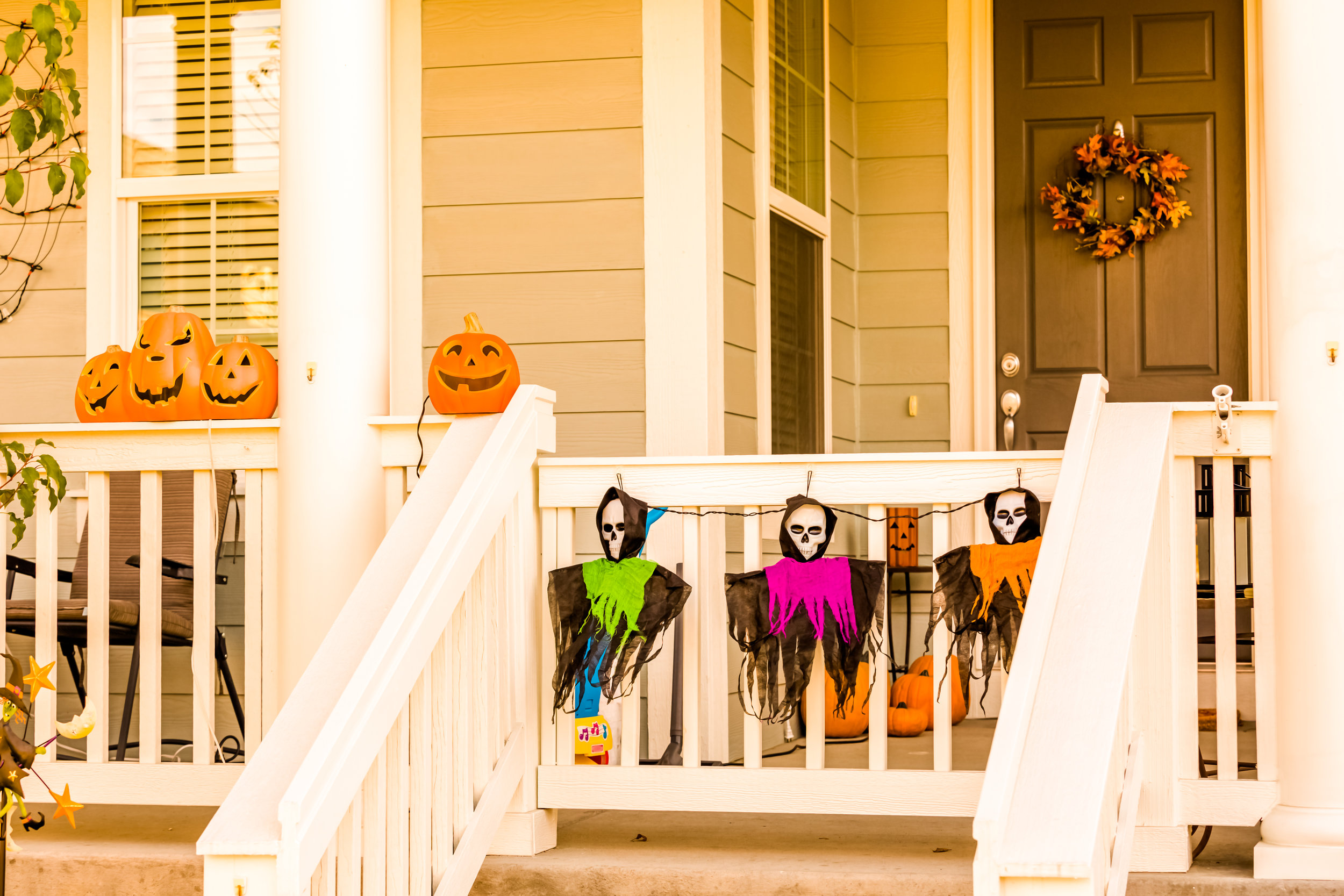 1. ONLY DECORATED HOUSES ARE PARTICIPATING! - Please don't knock on random doors ...