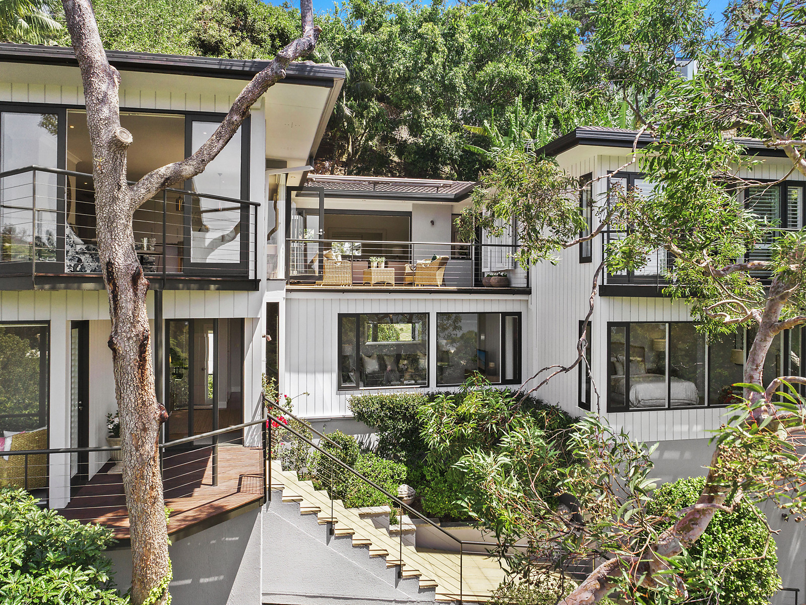 18 Kiora Ave offers luxury living in a world class location.