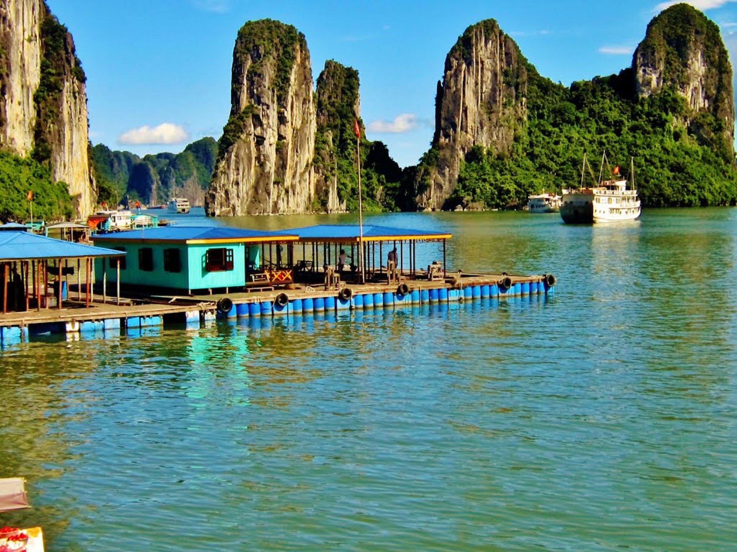 Vietnam - Halong Bay - scenic view (2).jpg