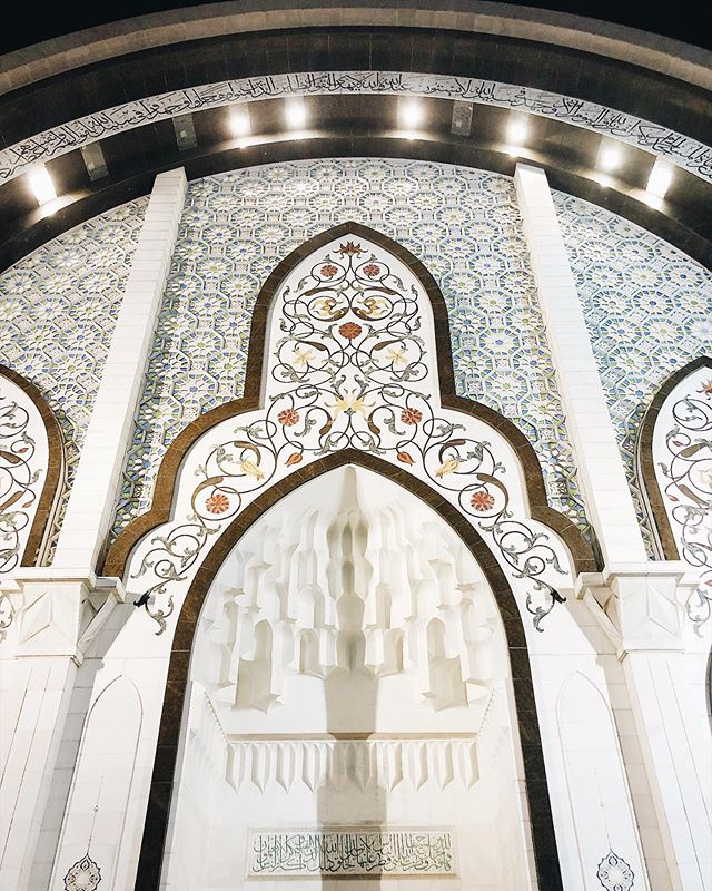 Alhamdulilah merasalah pergi Masjid Wilayah to witness solat terawih berjemaah. Sis tak dpt solat pun cos i came straight from work and terawih has started. So i took over my sis, babysit the young kiddos while they prayed. . . Walaupun tak terawih i can feel the vibe, betapa bestnya solat jemaah yg besar2 mcm ni. It didn't feel crowded at all cos its a big place and those with kids can solat at the back. Ruang khas for jemaah dengan anak2 kecil. . . Only thing parking is a bit hard for those who came late. But the good thing is they had 2 sections of parking, 1 - those who wish to pray 20 rakaat of terawih and 2 - those who wants to do 8 only. I spent 20 mins to find a space to park 😅 . . Also though theres a plenty of foods for buka puasa, it is advisable to pack some food cos the queue can be quite long. So better bawa your own f&b and you could have a little buka puasa picnic there with your family 💕 . . Swipe to see Ali Fateh in action. Terawih ke mengorat Ali? 🙈 . . #masjidwilayah  #ramadan2019