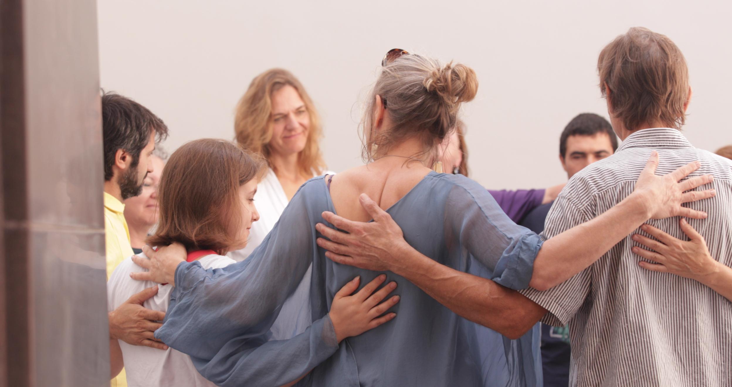 El tacto es el arte de la conexión humana - Mindful-Touch Education, la práctica empática de conexión, comunicación y compasión, es el proceso de estar en el presente, en el aquí y ahora, y entender el propio cuerpo.Nuestra observación y experiencia en la percepción del tacto puede ser un mundo iluminado por nuestra propia luz interna.