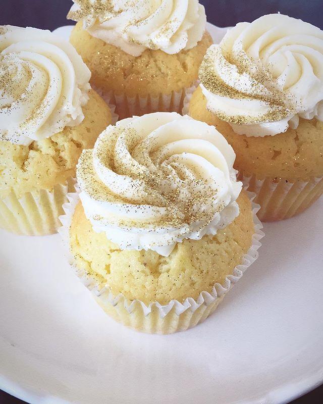 Just say when ✨  gold glitter+lemon cupcake #neverenoughsparkle #lemoncupcakes #playwithyourfood #prettyfood #sweettreats  #longlivelemon #passthesprinkles @sweetsbakeryilm