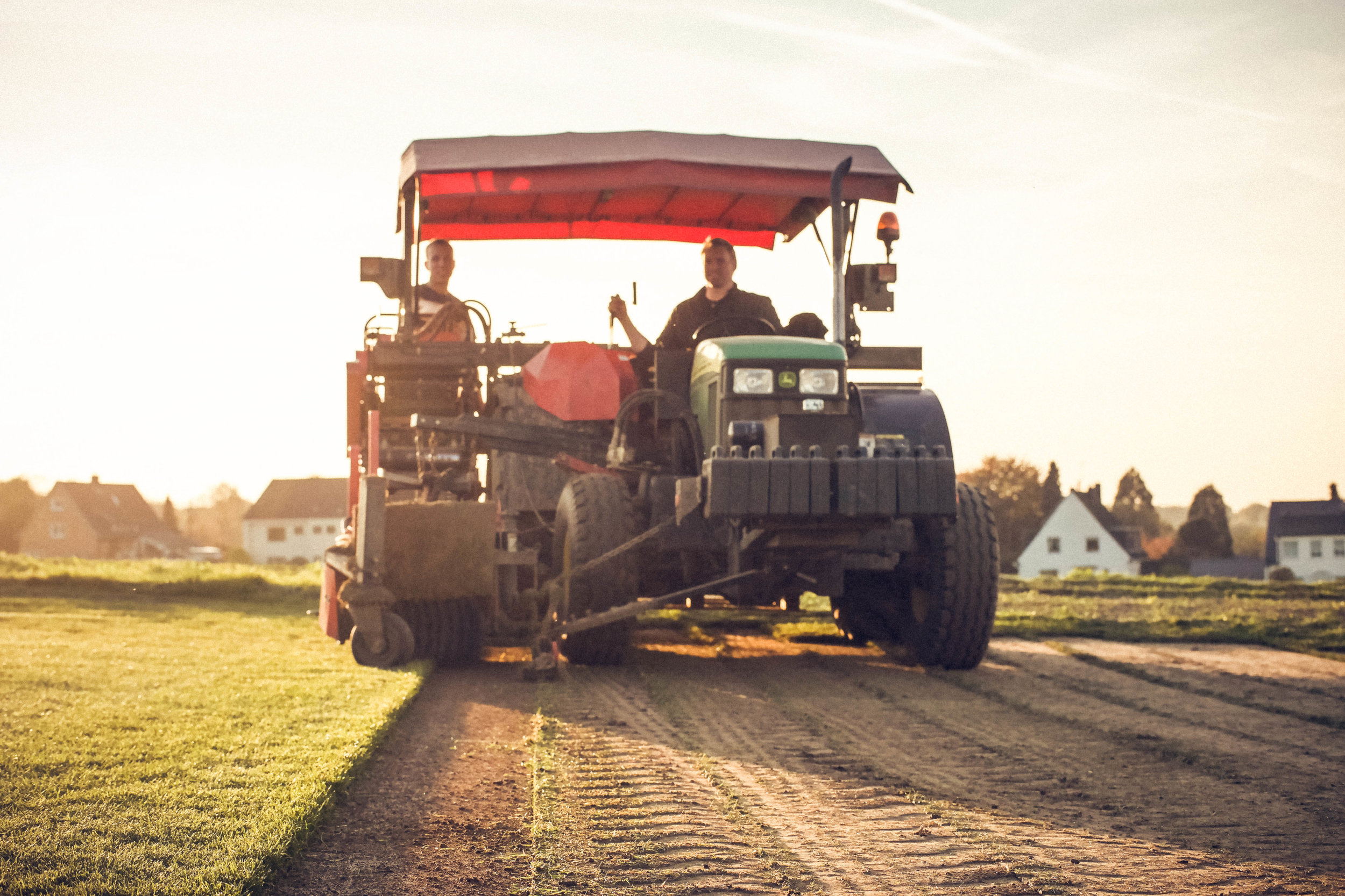 Ernte - Sofort nach Eingang Ihrer Bestellung, bzw. unmittelbar vor dem vereinbarten Liefertermin, kommt unsere Schältechnik zum Einsatz. Mit unserer Schälmaschine wird die Rasensode auf Bahnen von 0,4 m x 2,5 m schonend geschält und aufgerollt. So entsteht ein qualitativ hochwertiger Fertigrasen.