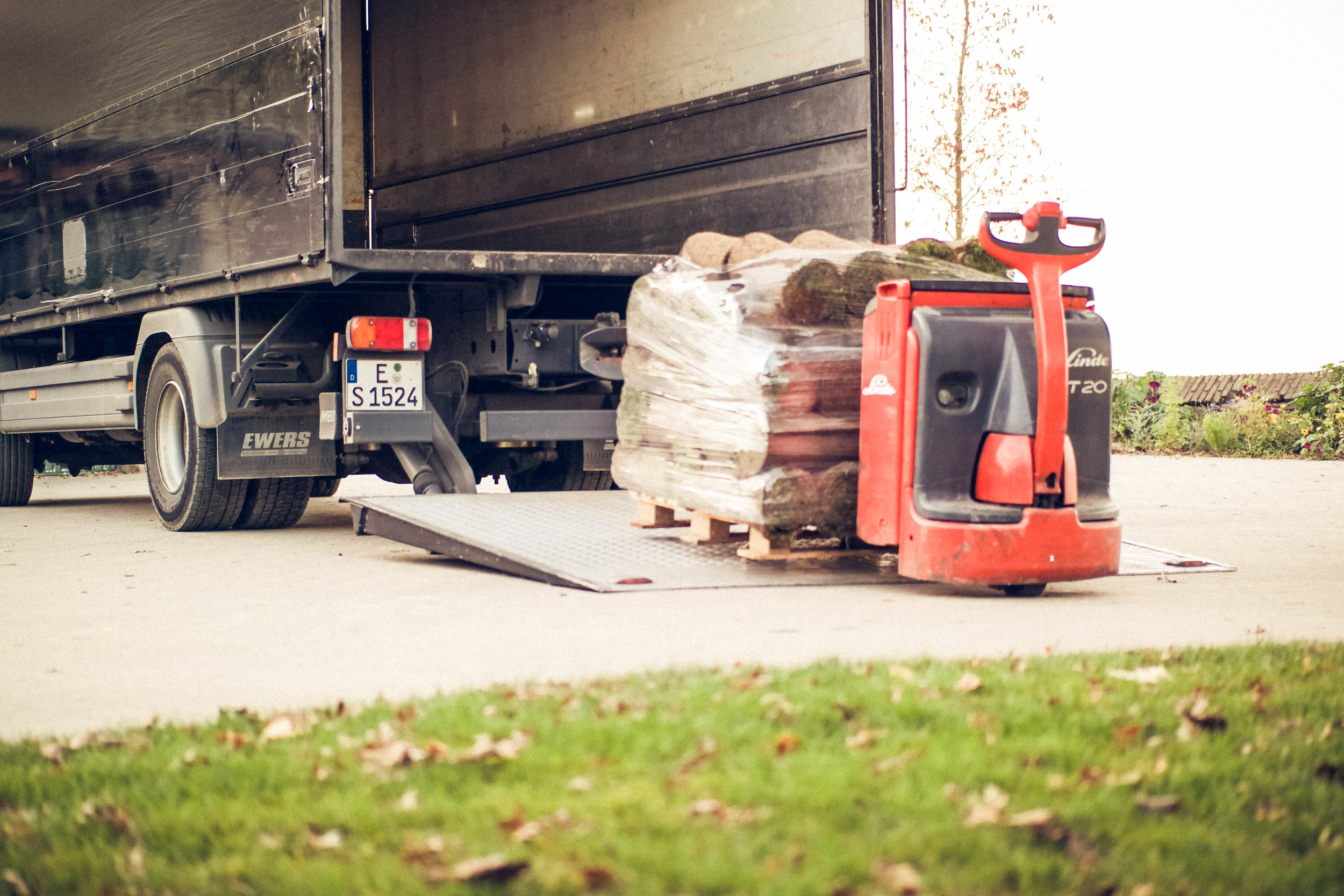 Anlieferung - Die Anlieferung des Rasens erfolgt als Palettenware mit einem Hubwagen. Bitte beachten Sie, dass wir nur auf ebenen befestigtem Untergrund fahren können und eine Mindestdurchfahrtsbreite (Gartentor) von 1,20 m benötigen.
