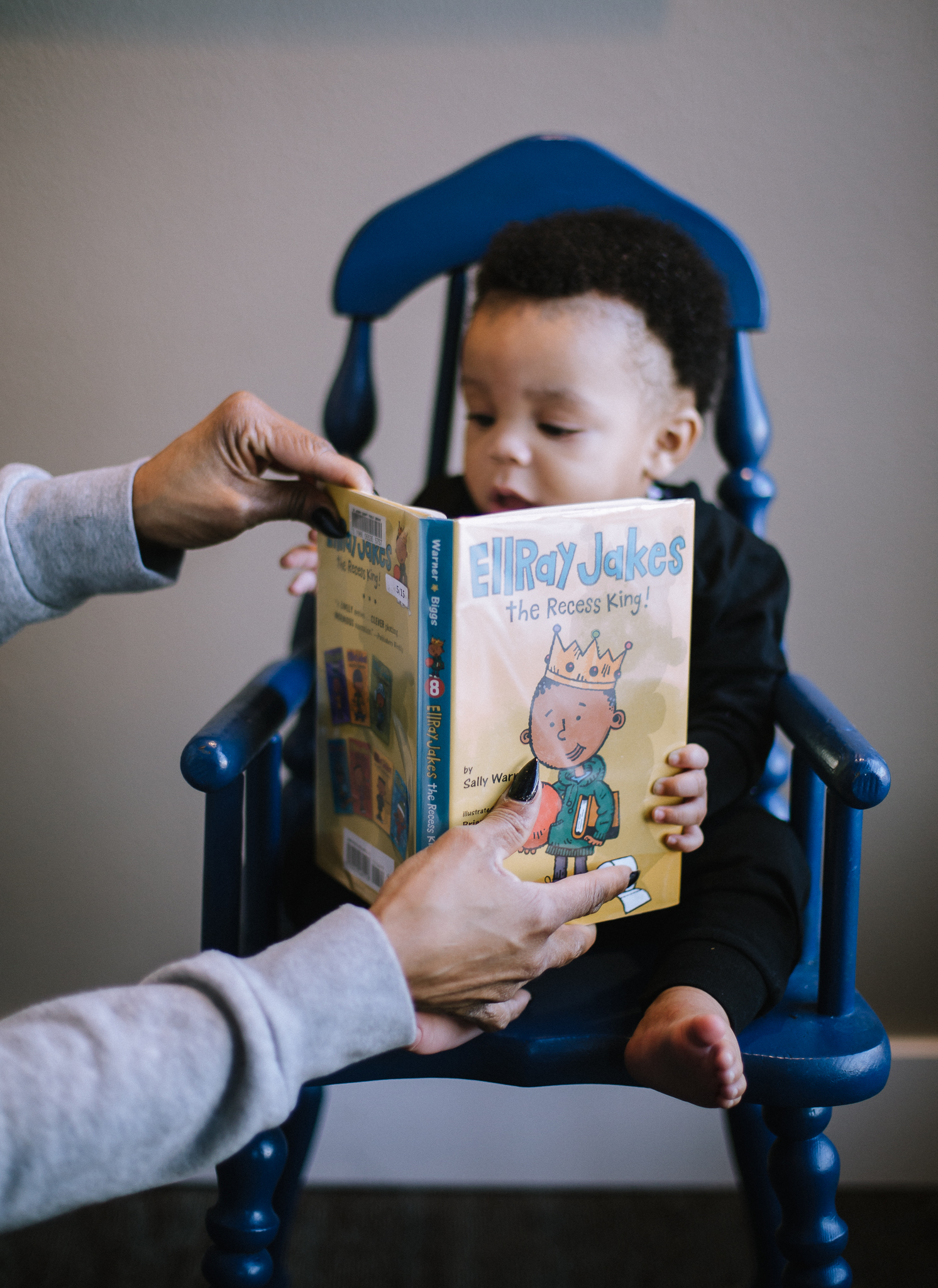 Nanny helping him hold up his book :] i love when grandmother's are there to help their daughters during these sessions. it helped little man feel comfortable and takes away the stress.