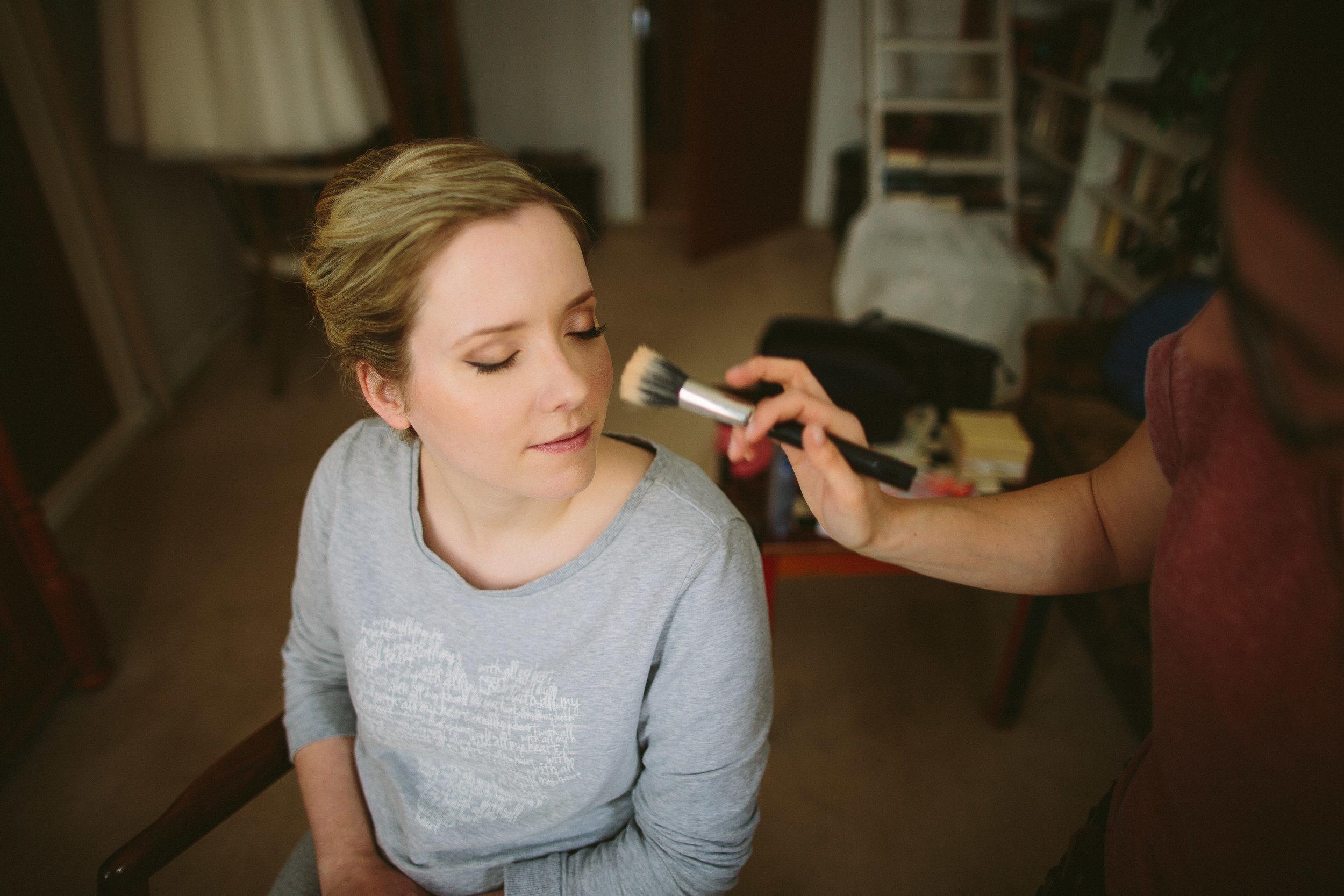 - Du möchten Dich an Deinem schönsten Tag lieber selber schminken? Dann ist dieses Angebot perfekt für Dich. Wir besprechen vorab gemeinsam Deinen Look und ich zeige Dir dann Schritt für Schritt mit welchen Produkten und Techniken Du ein langanhaltendes, strahlendes Hochzeitsmake-up zauberst.